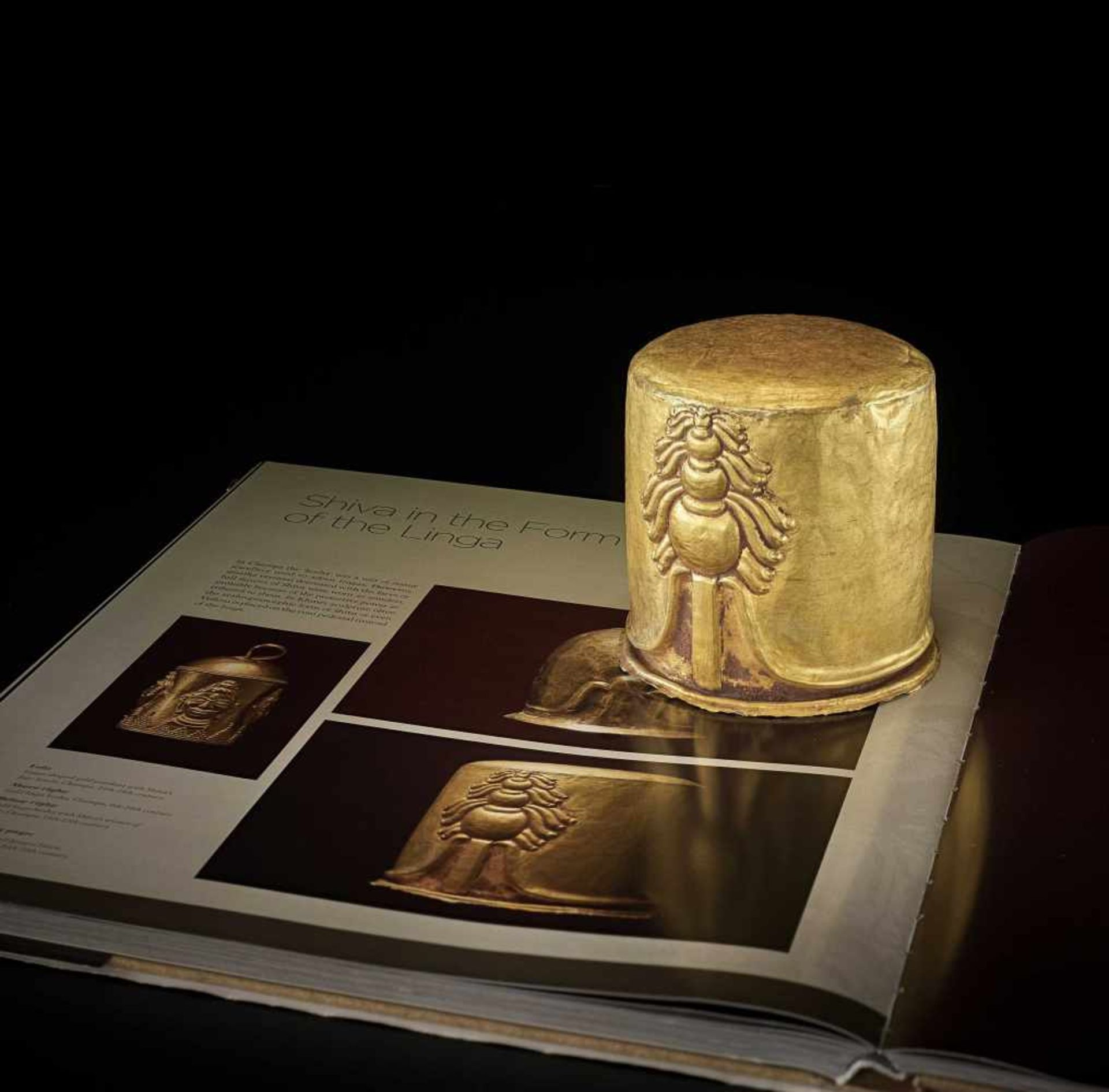 AN EXCEPTIONAL AND RARE CHAM GOLD REPOUSSÉ LINGAM WITH SHIVA'S LOCKS OF HAIR - Bild 2 aus 8