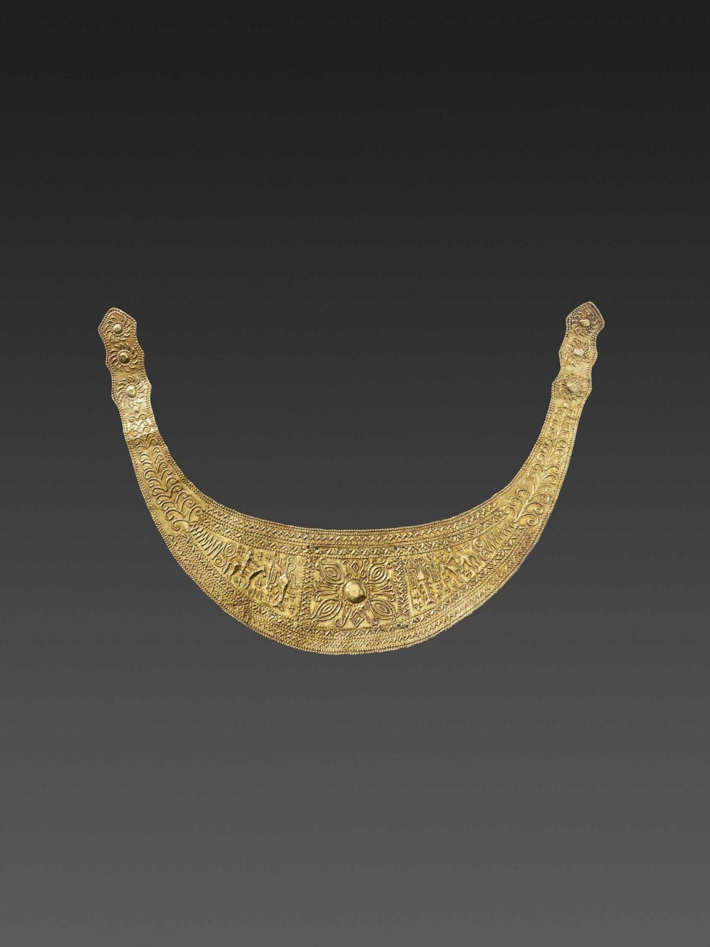 A CHAM GOLD REPOUSSÉ HAIR ORNAMENT