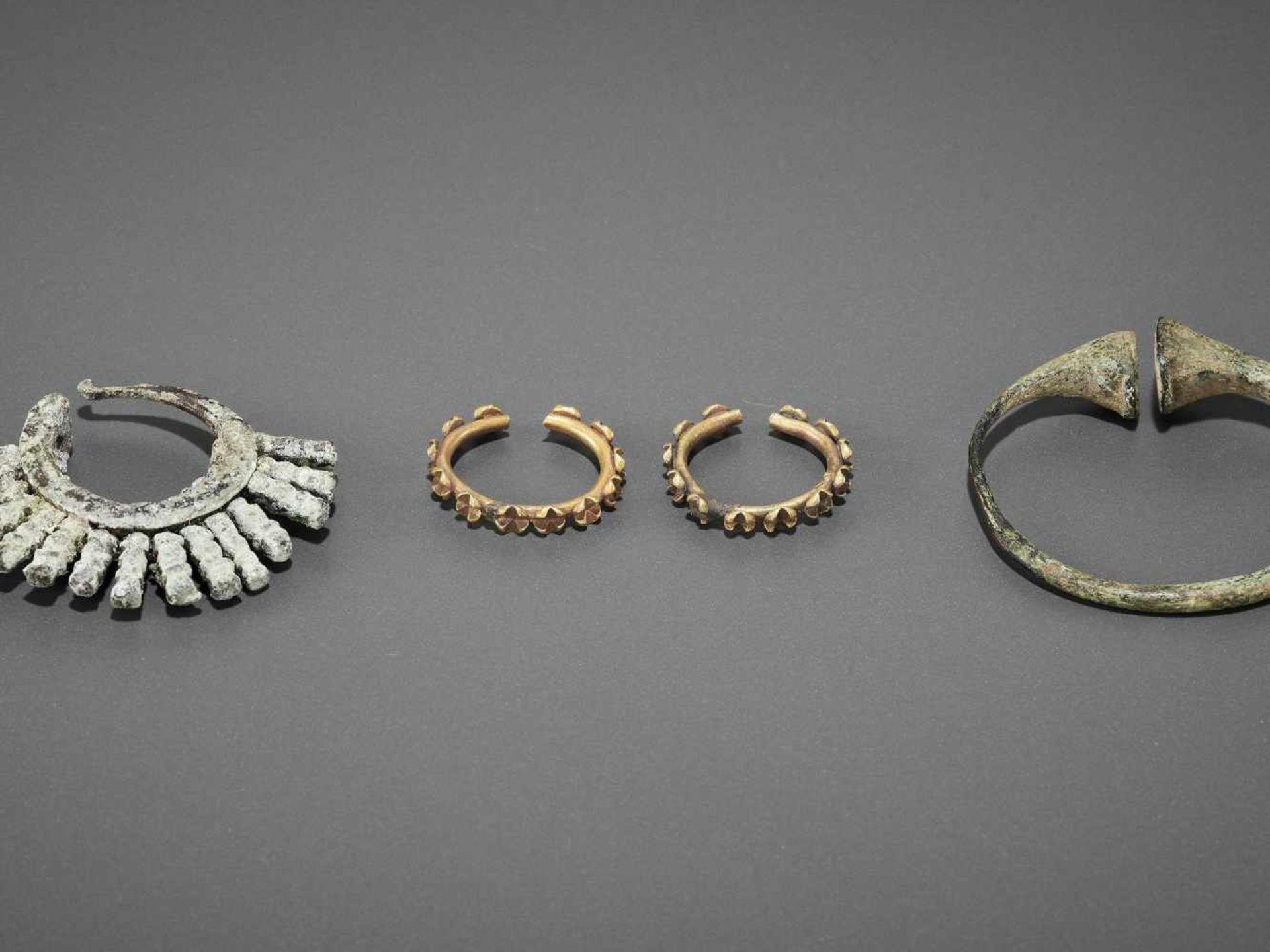FIVE BACTRIAN GOLD AND BRONZE EARRINGS - Bild 6 aus 6
