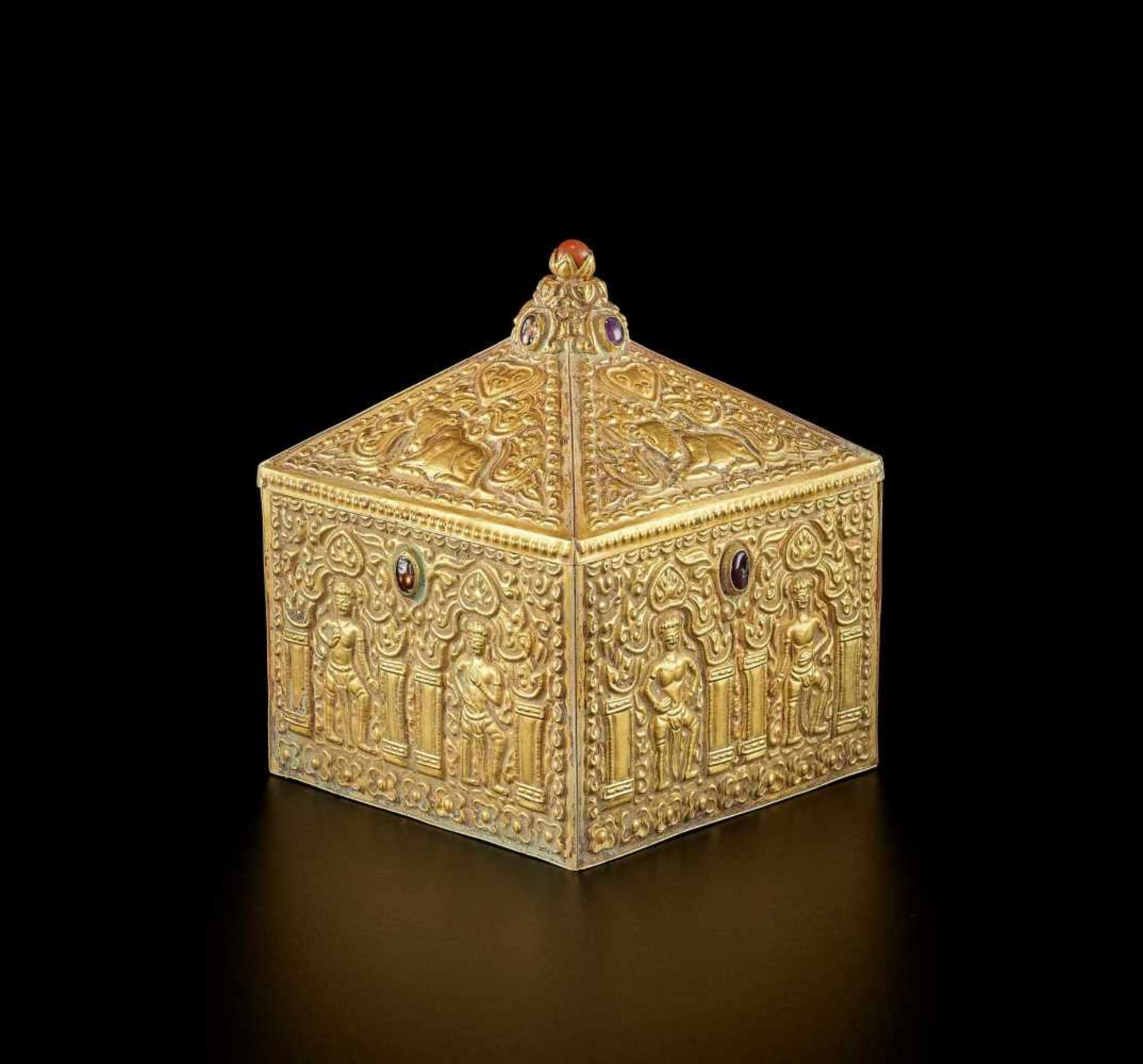 A FINE AND EXTREMELY RARE GEMSTONE-SET CHAM GOLD REPOUSSÉ BOX AND COVER