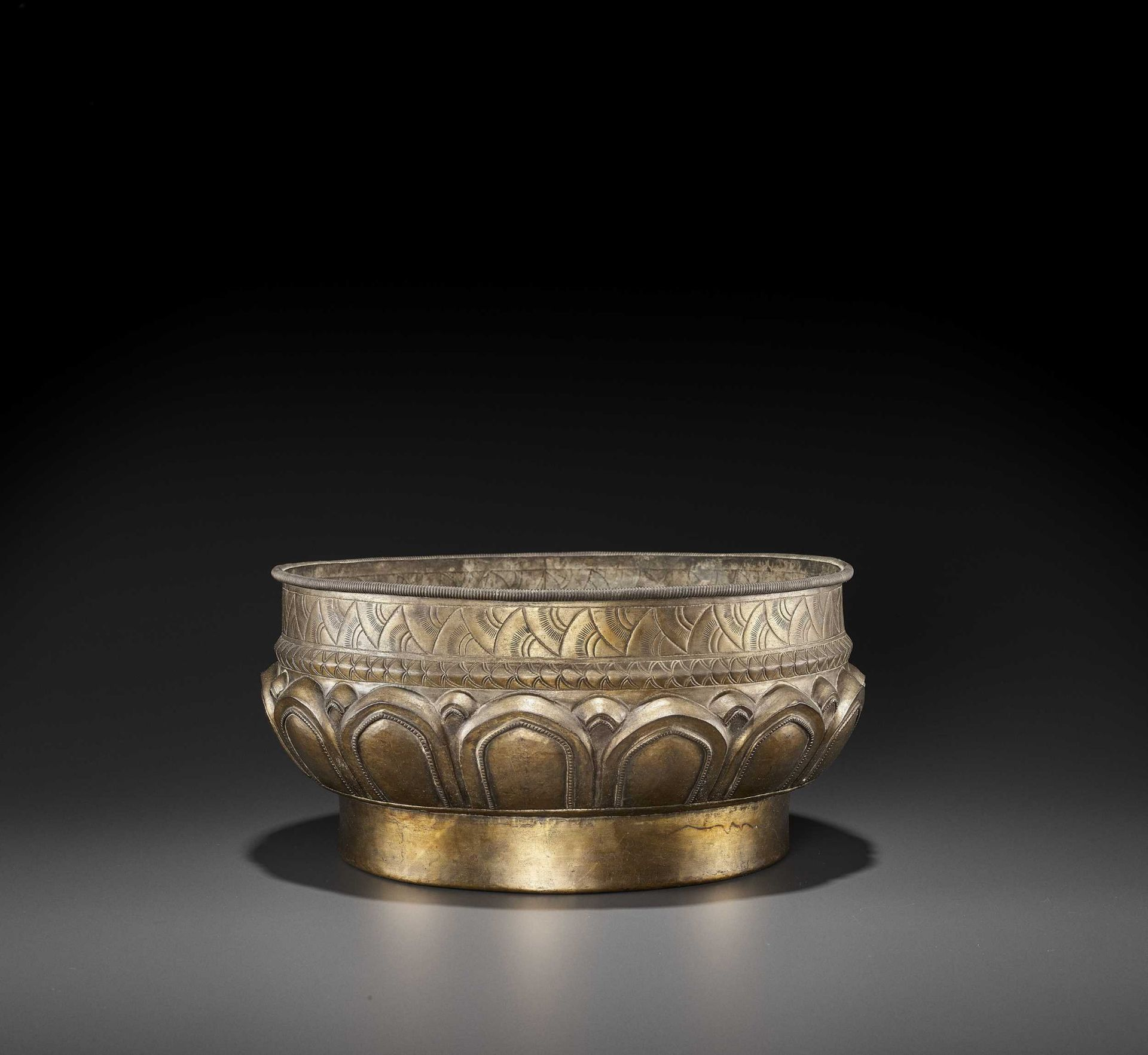 A LARGE AND FINE CHAM GILT SILVER REPOUSSÉ 'LOTUS' VESSEL - Bild 4 aus 7