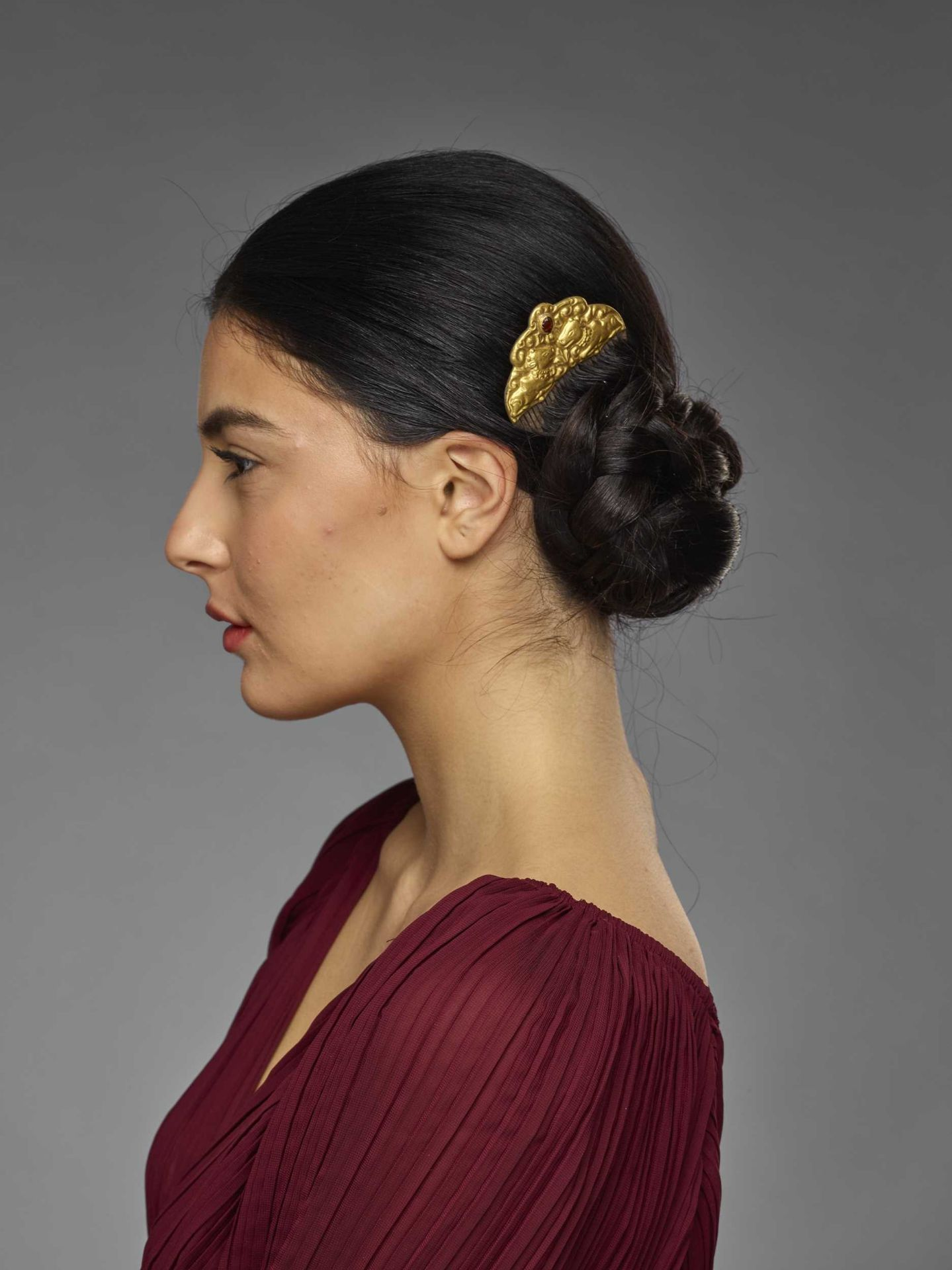 A CHAM GEMSTONE-SET GOLD REPOUSSÉ AND SILVER HAIR COMB WITH NANDI BULLS - Bild 4 aus 5