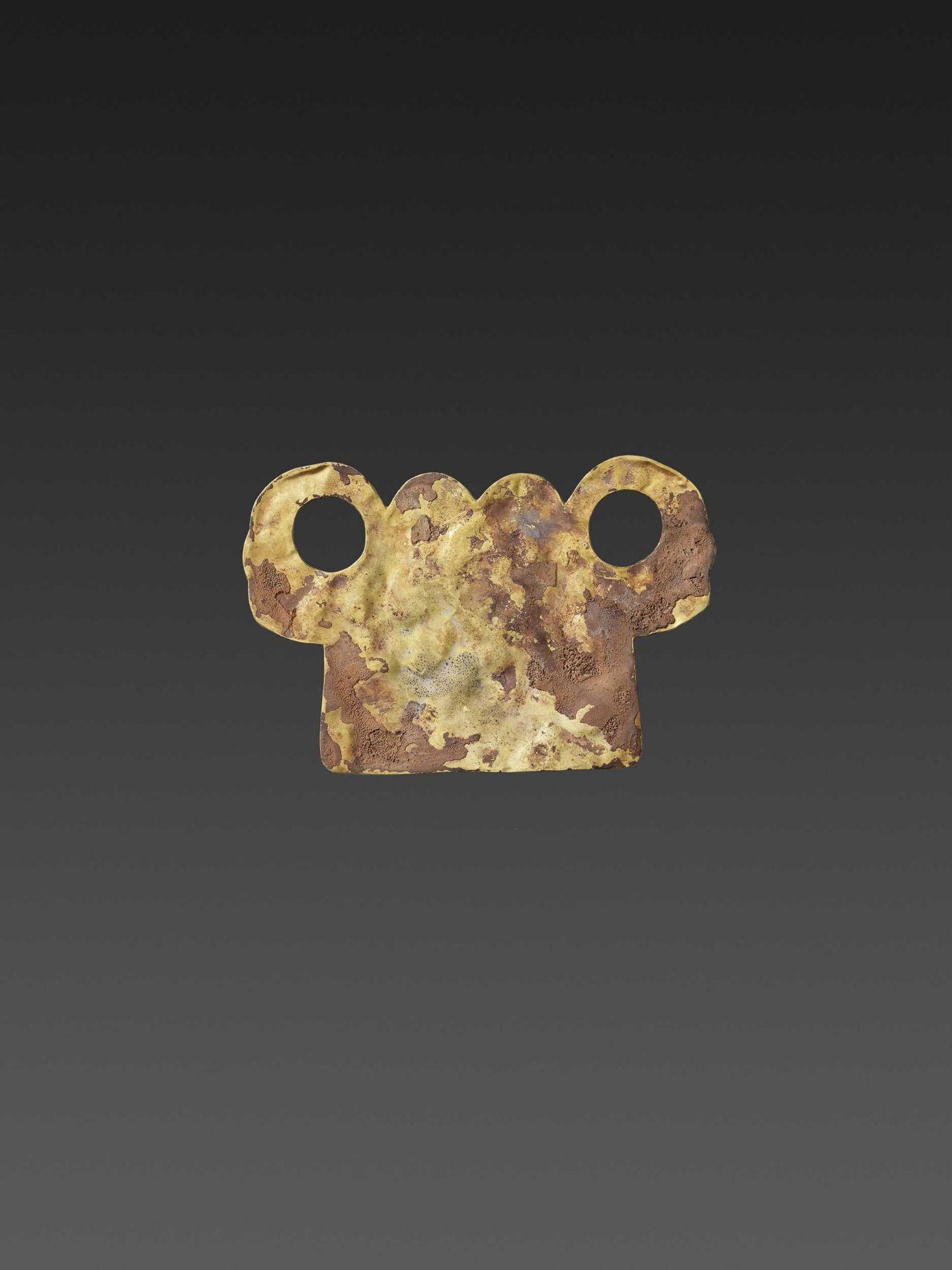 A CHAM ZIRCON AND AMETHYST-SET GOLD REPOUSSÉ PECTORAL DEPICTING NANDI AND NAGAS - Bild 4 aus 5