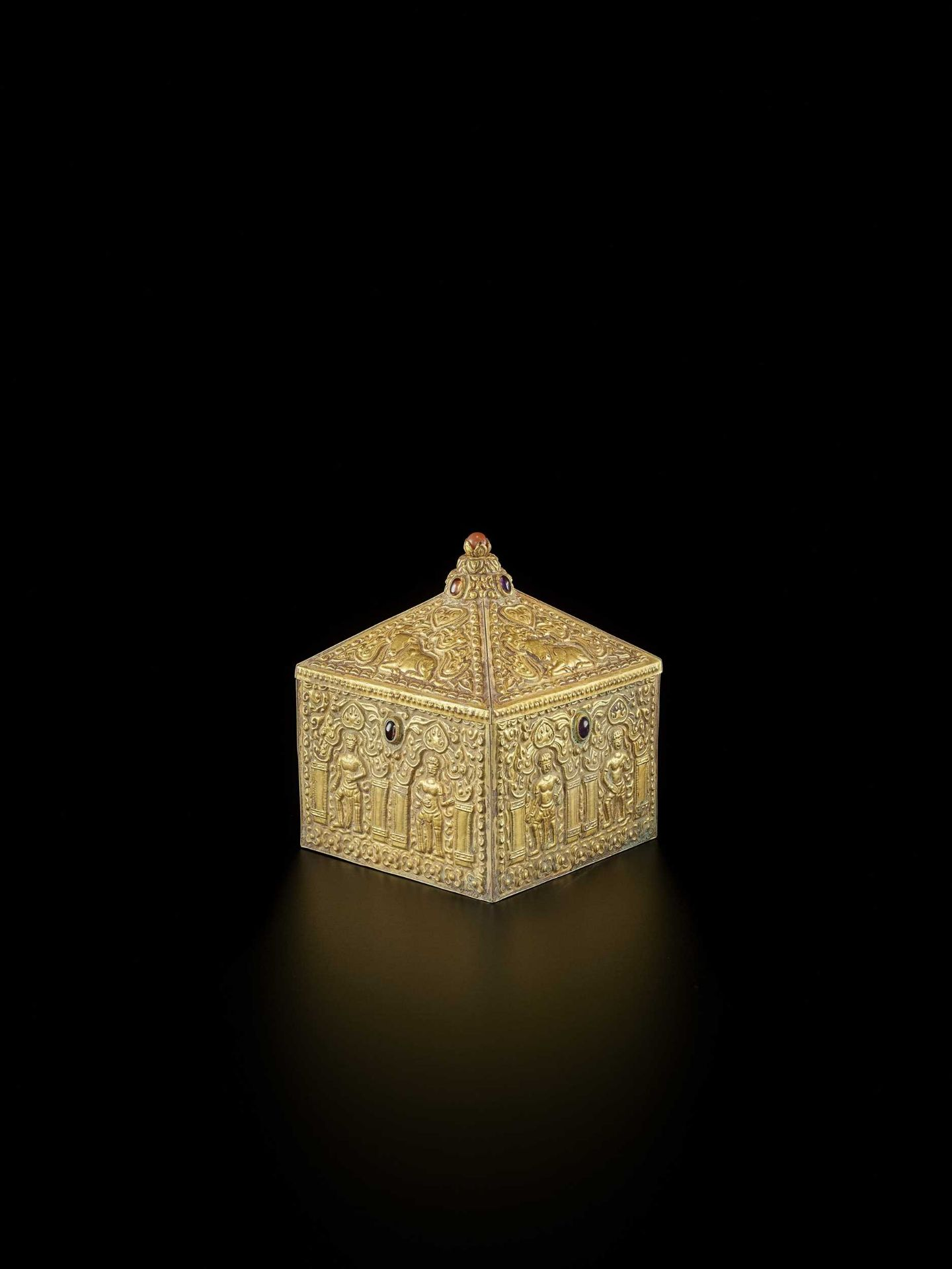 A FINE AND EXTREMELY RARE GEMSTONE-SET CHAM GOLD REPOUSSÉ BOX AND COVER - Bild 10 aus 10
