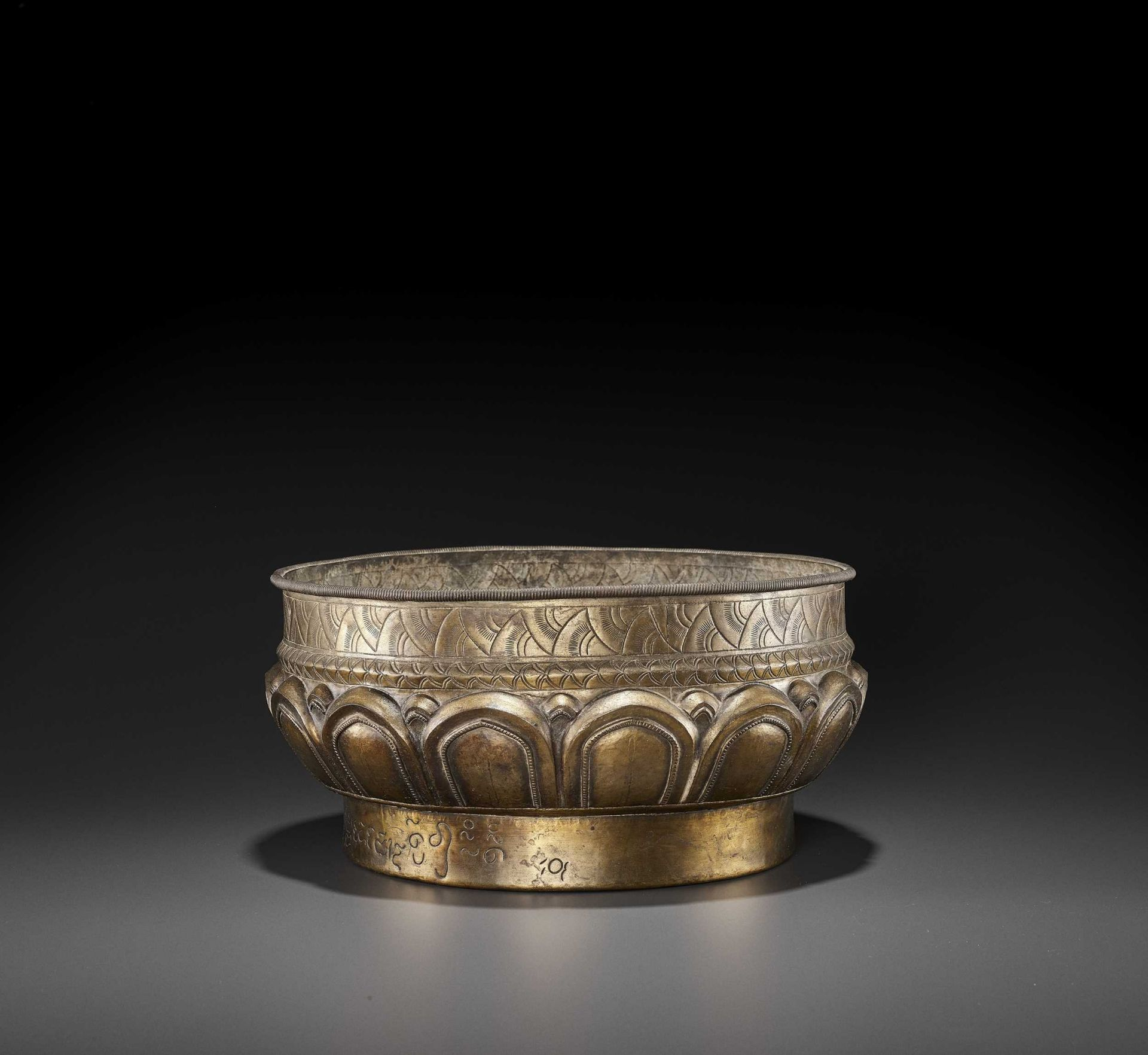 A LARGE AND FINE CHAM GILT SILVER REPOUSSÉ 'LOTUS' VESSEL - Bild 6 aus 7