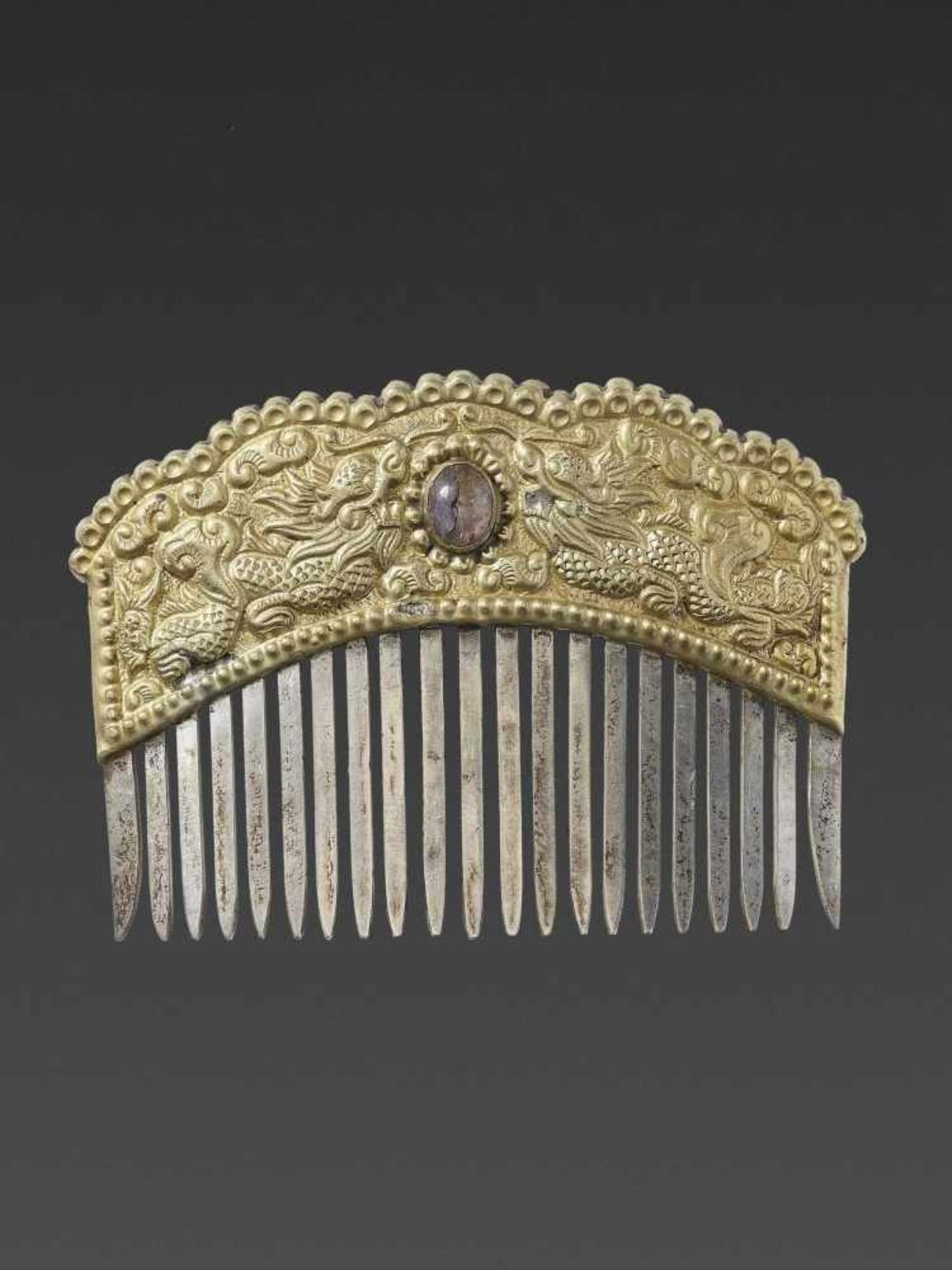 A VIETNAMESE GEMSTONE-SET GOLD REPOUSSÉ AND SILVER HAIR COMB WITH DRAGONS - Bild 6 aus 6