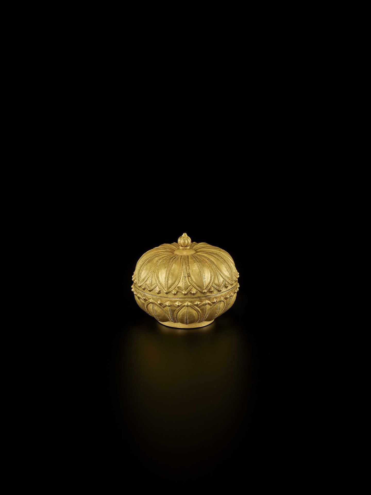 A RARE AND EXCEPTIONAL CHAM GOLD REPOUSSÉ 'LOTUS' MEDICINE BOX AND COVER - Bild 4 aus 7