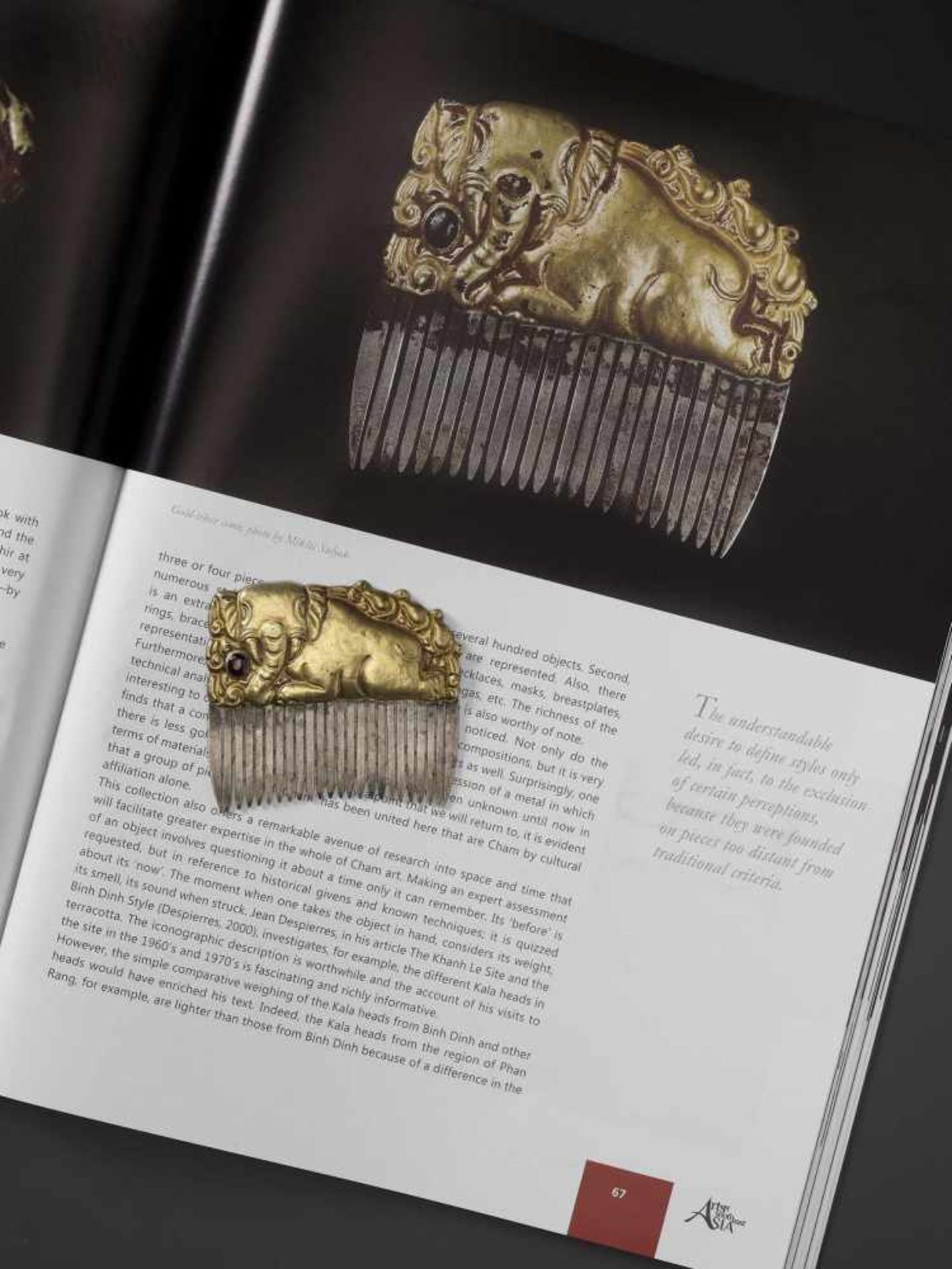 A CHAM GEMSTONE-SET GOLD REPOUSSÉ AND SILVER HAIR COMB WITH A RECUMBENT ELEPHANT - Bild 2 aus 5