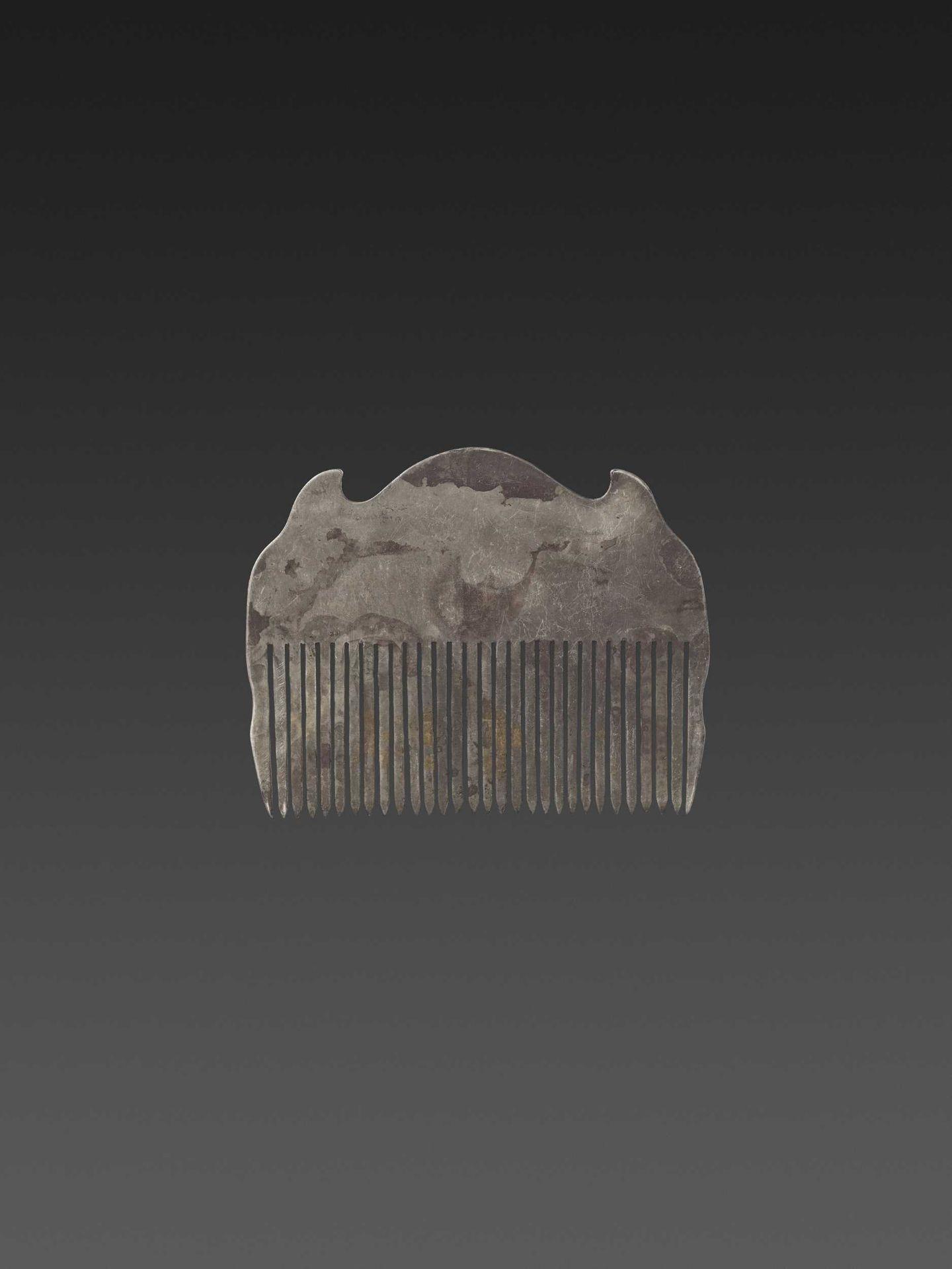 A VIETNAMESE GEMSTONE-SET GOLD REPOUSSÉ AND SILVER HAIR COMB WITH PHOENIXES - Bild 5 aus 5