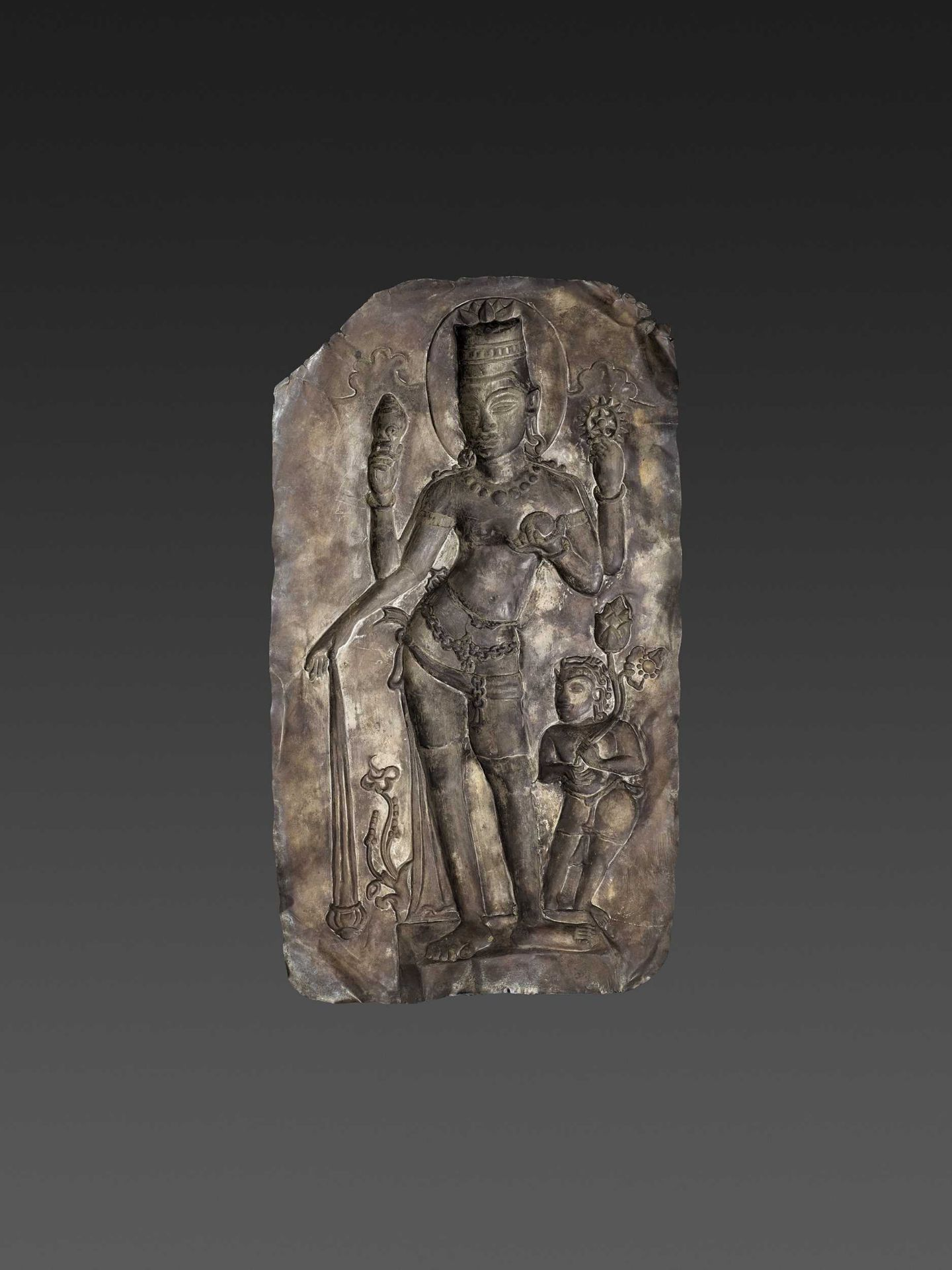 A LARGE CHAM SILVER REPOUSSÉ PLAQUE DEPICTING VISHNU AND CHILD - Bild 5 aus 5