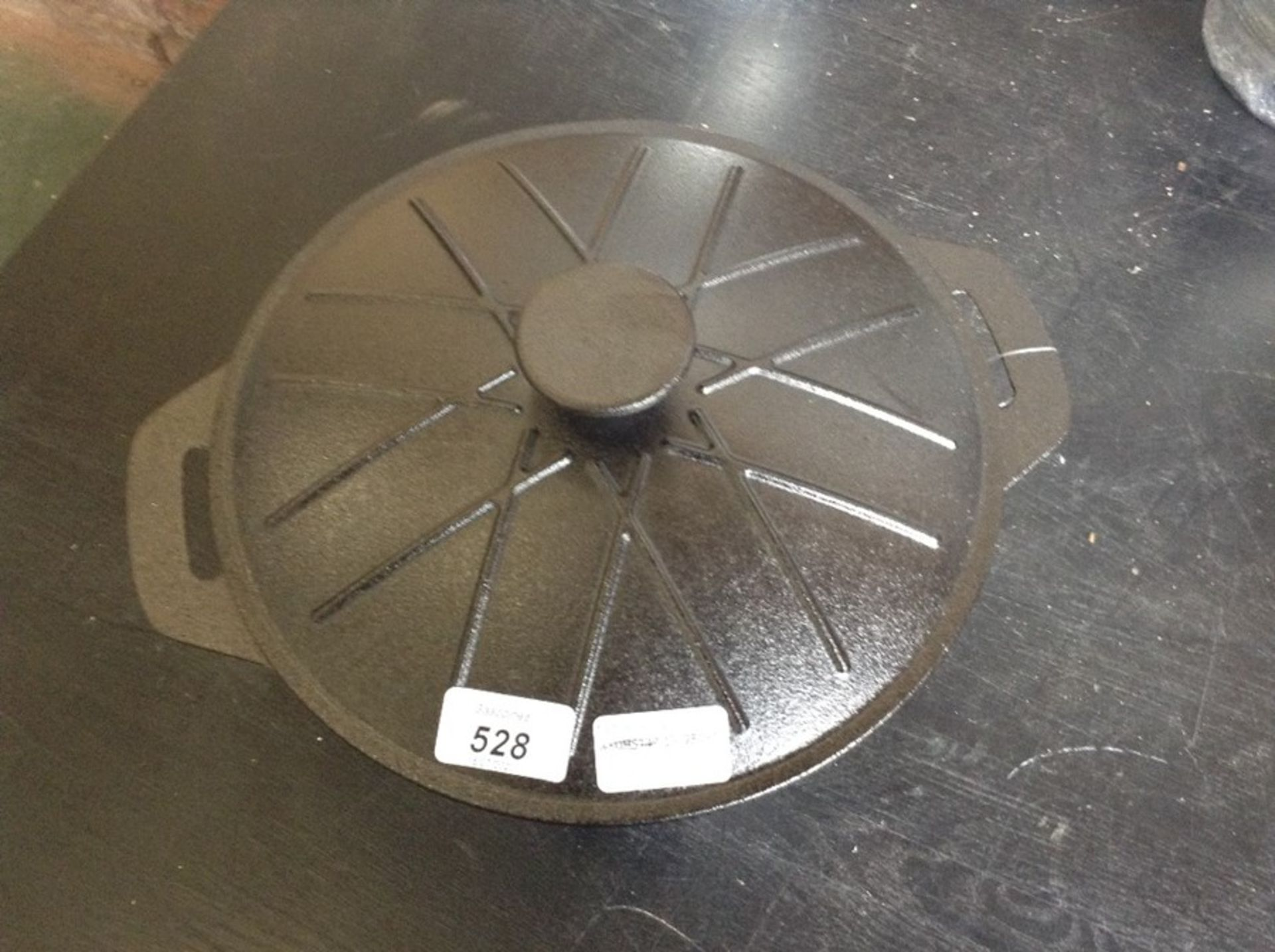 Lot 528 - VonShef,4.7 L Cast Iron Round Casserole RRP -£34.9