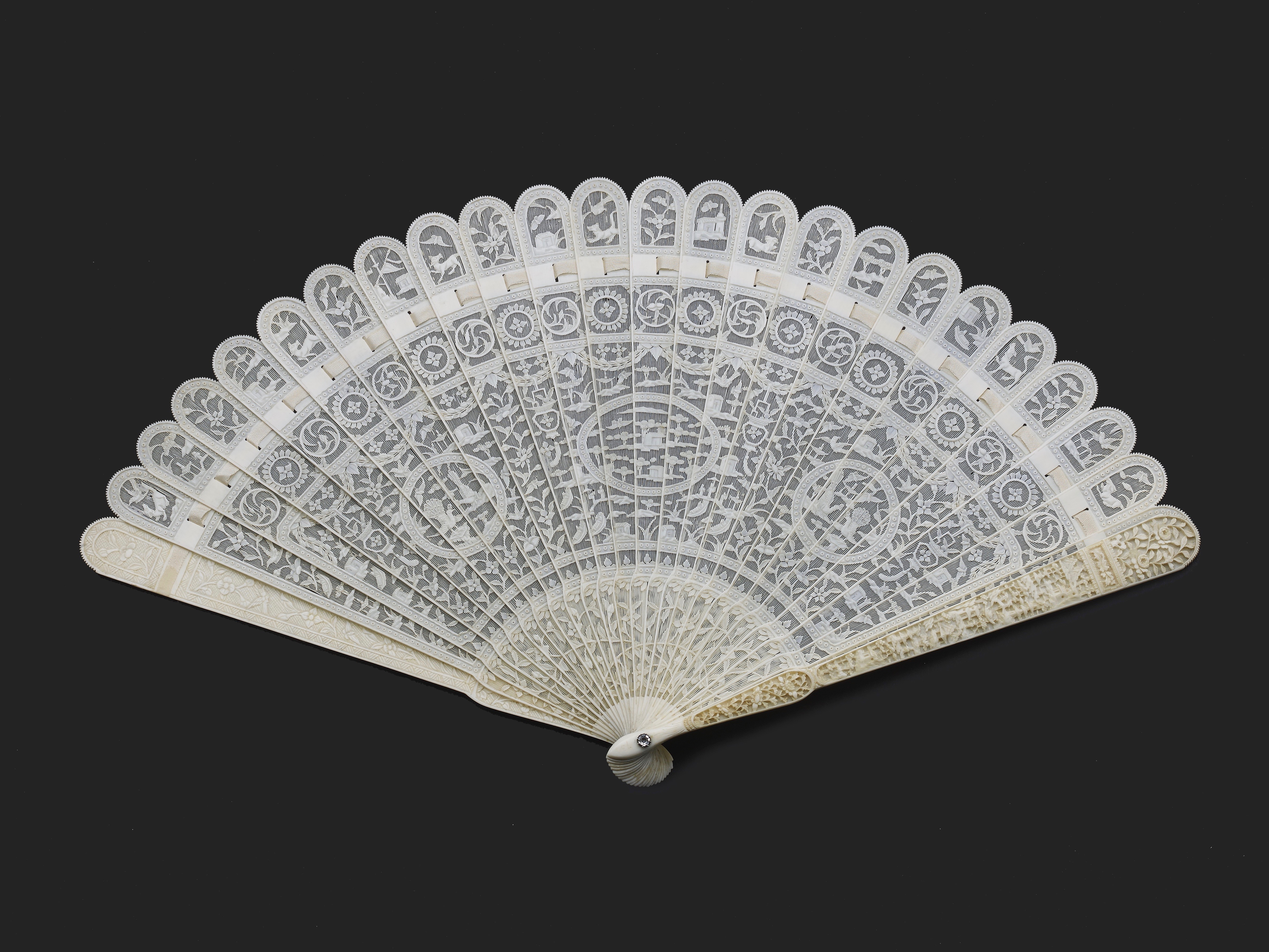 Lot 3 - A CHINESE EXPORT IVORY BRISE FAN, QING DYNASTY, QIANLONG PERIOD, CIRCA 1785