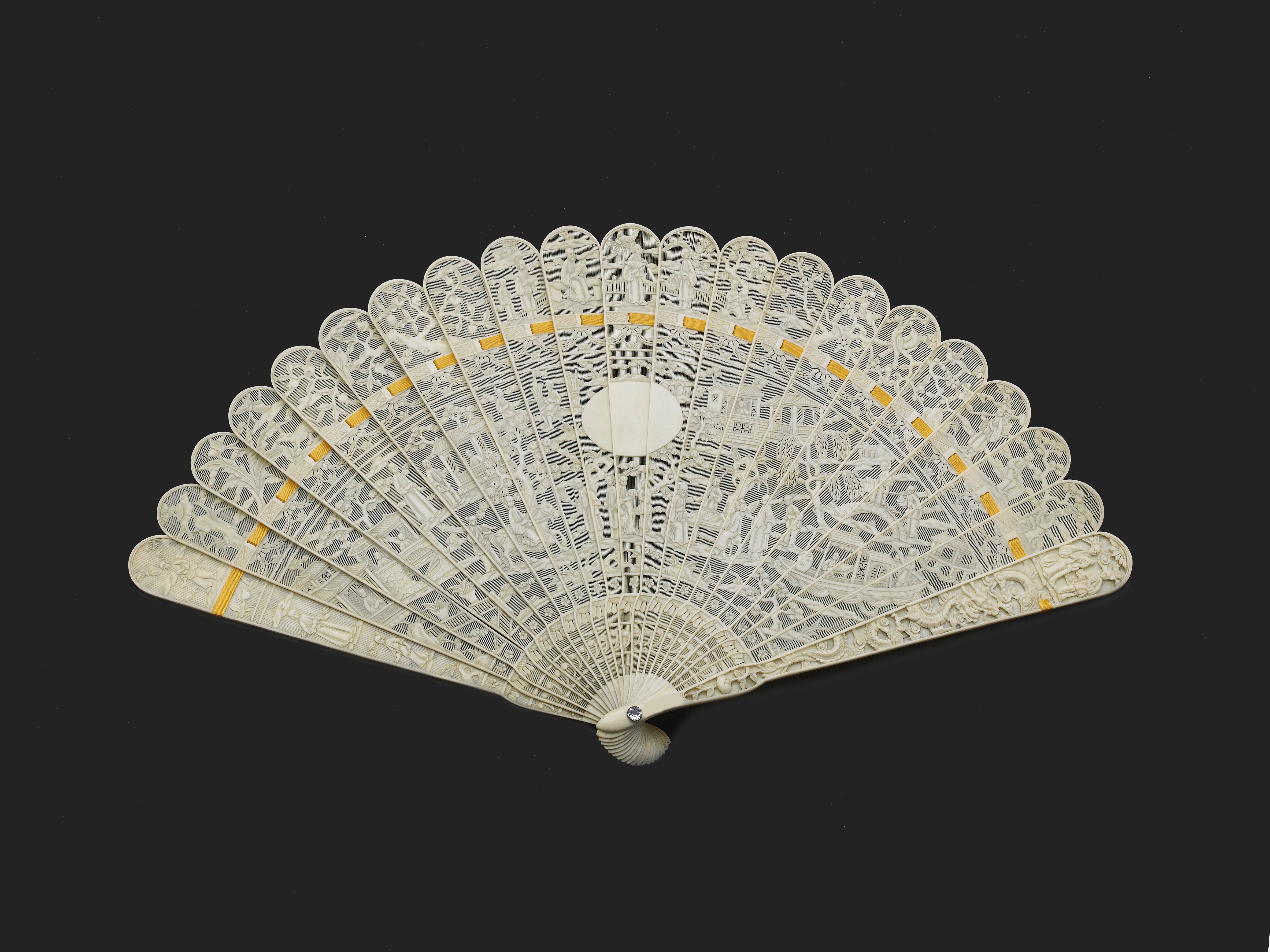 Lot 5 - A CHINESE EXPORT IVORY BRISE FAN, QING DYNASTY, JIAQING PERIOD, CIRCA 1810-1820