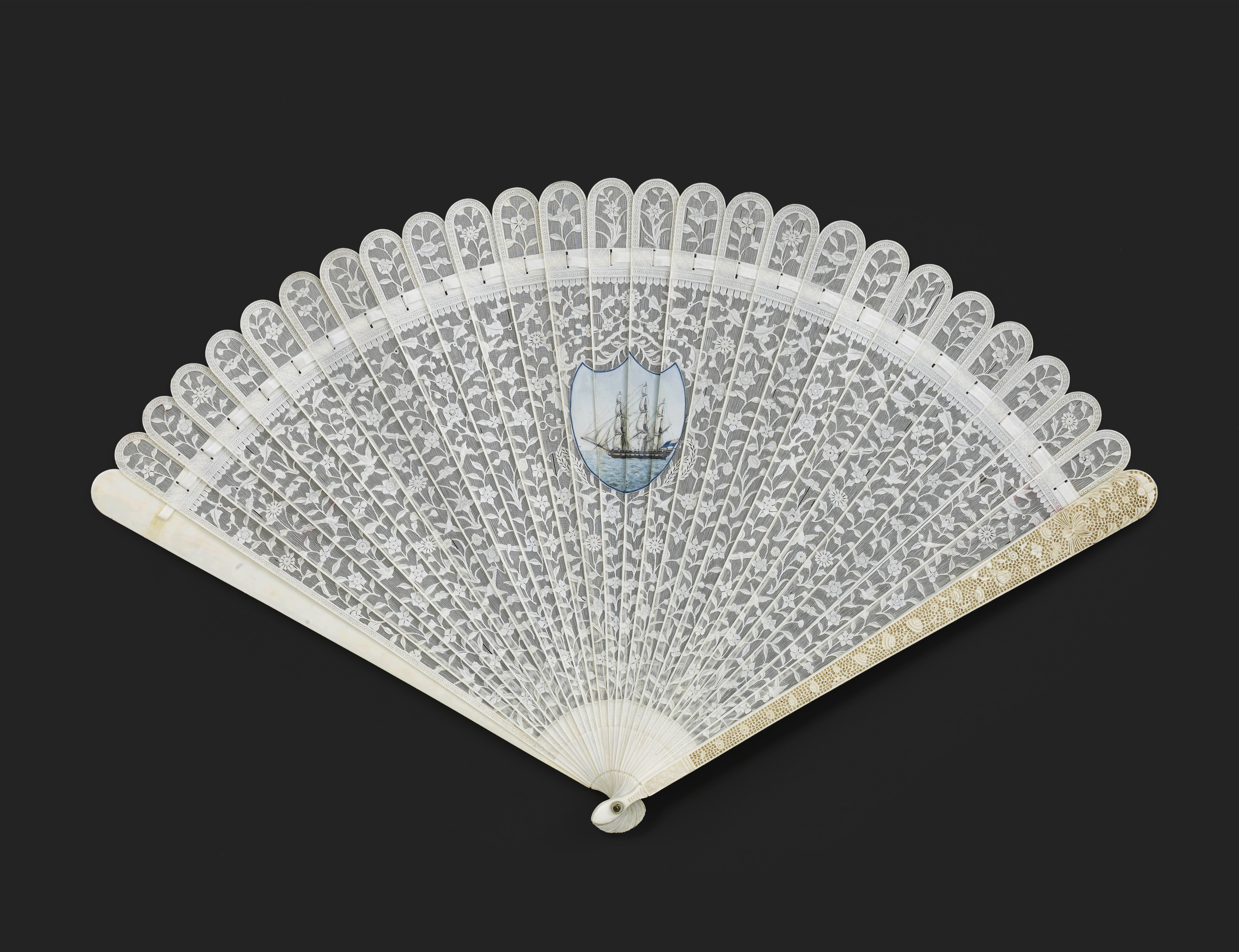 Lot 19 - A RARE CHINESE EXPORT IVORY BRISE FAN, QING DYNASTY, QIANLONG PERIOD, CIRCA 1780