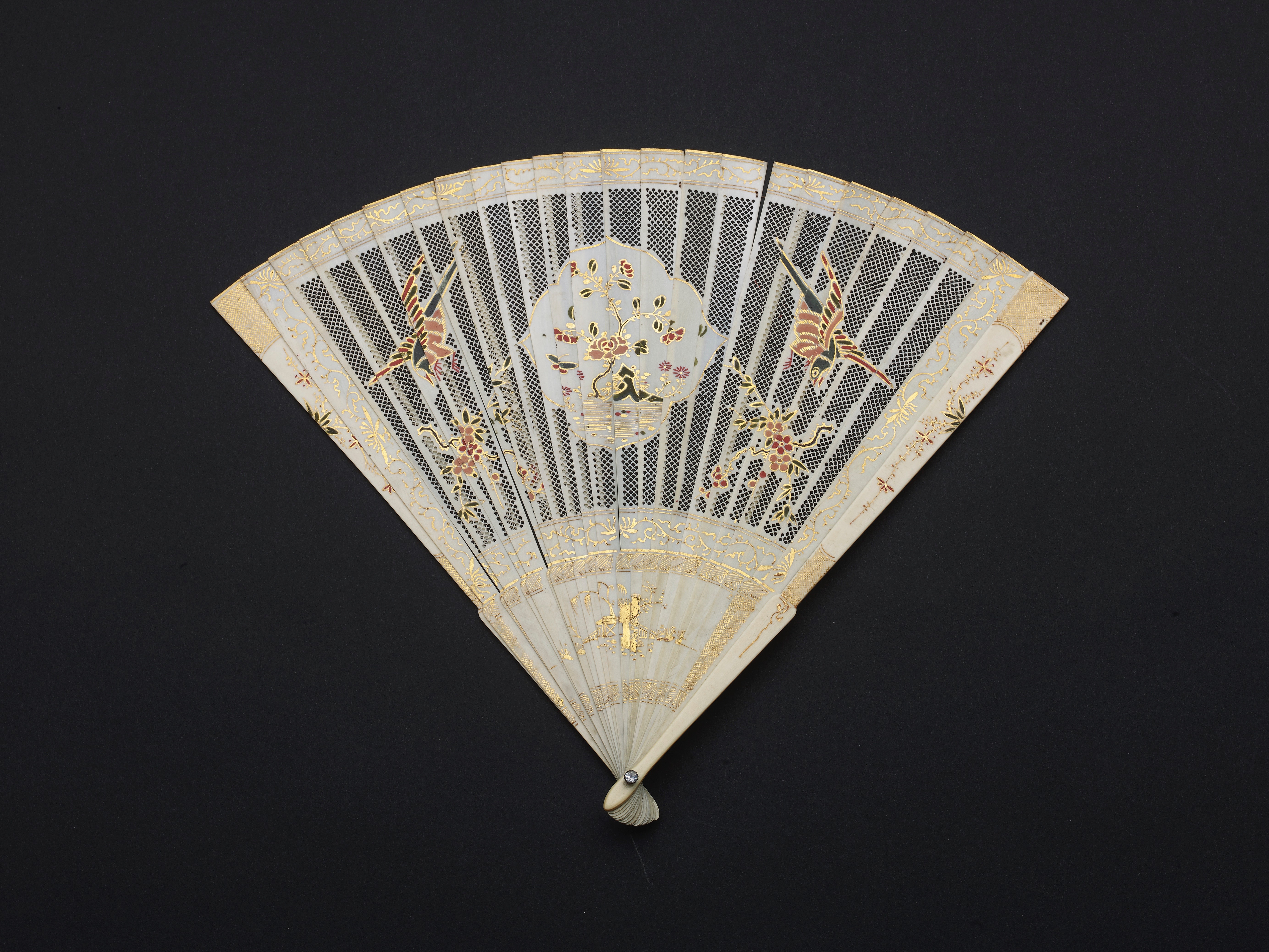 Lot 18 - A CHINESE EXPORT PAINTED IVORY BRISE FAN, QING DYNASTY, KANGXI PERIOD, CIRCA 1700