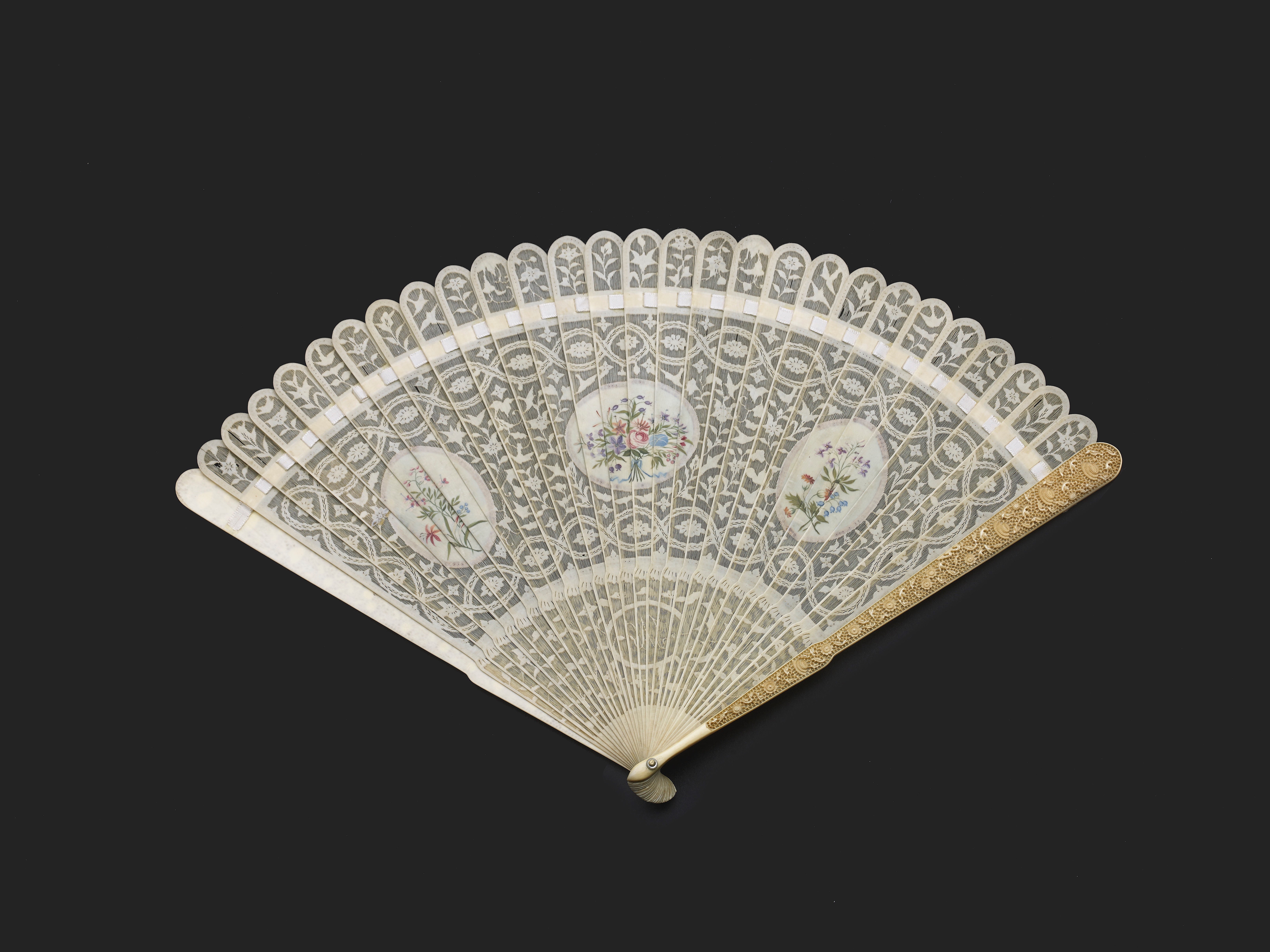 Lot 16 - A RARE CHINESE EXPORT IVORY BRISE FAN, QING DYNASTY, QIANLONG PERIOD, CIRCA 1770-1780