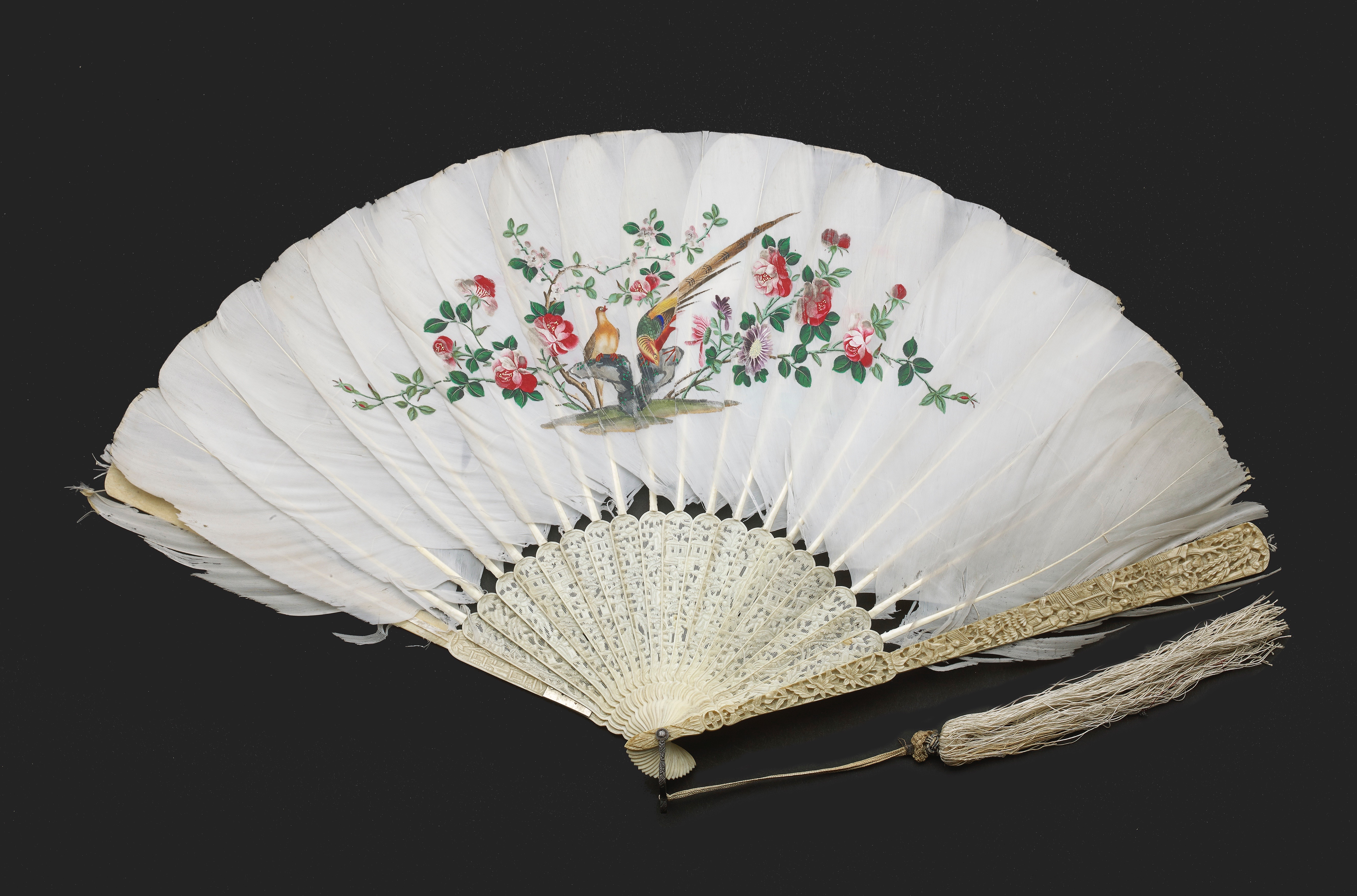 Lot 10 - A CHINESE EXPORT CARVED IVORY AND FEATHER FAN, QING DYNASTY, DAOGUANG PERIOD, CIRCA 1820-1830