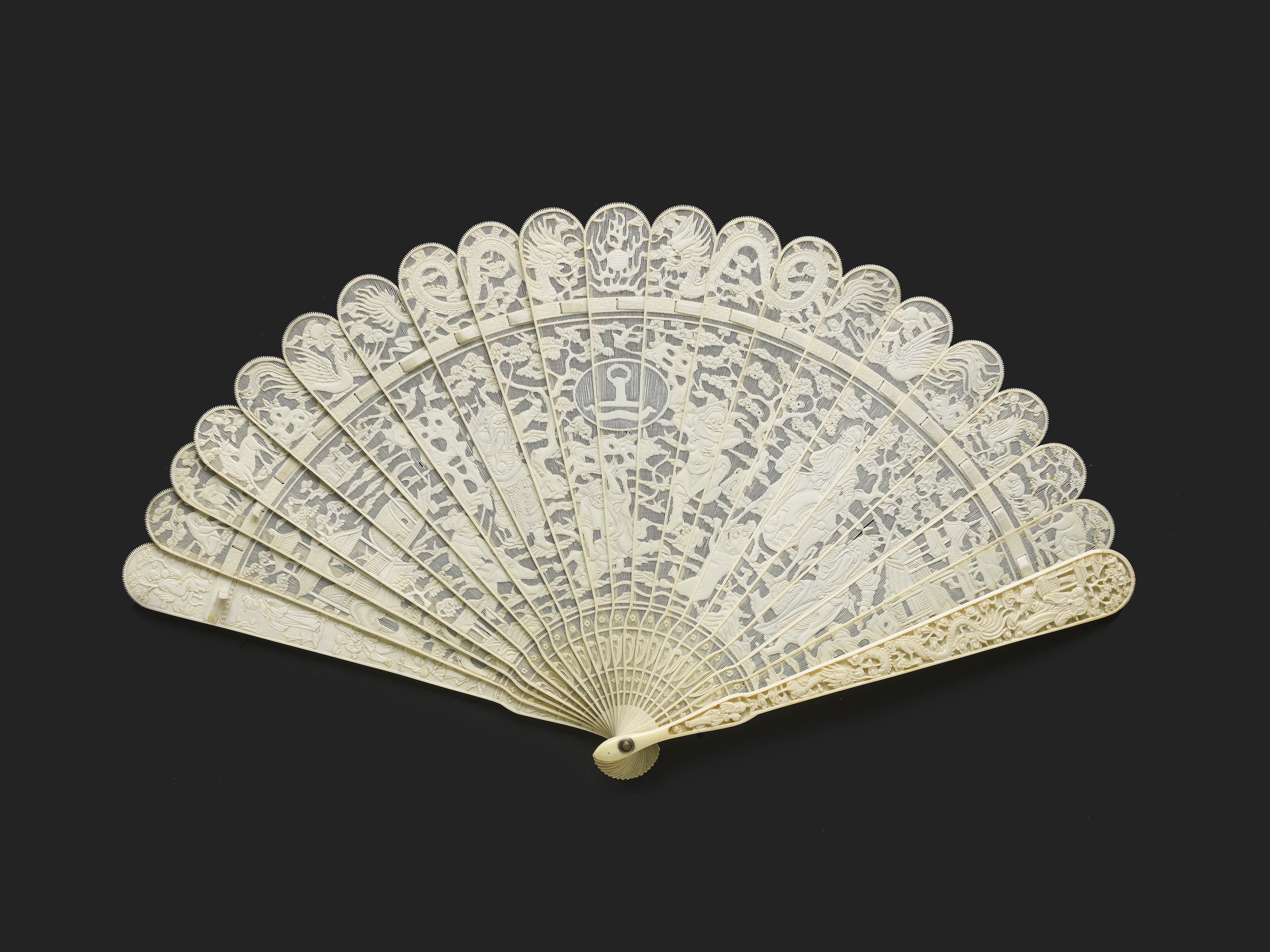 Lot 14 - A CHINESE EXPORT ARMORIAL IVORY BRISE FAN, CIRCA 1810