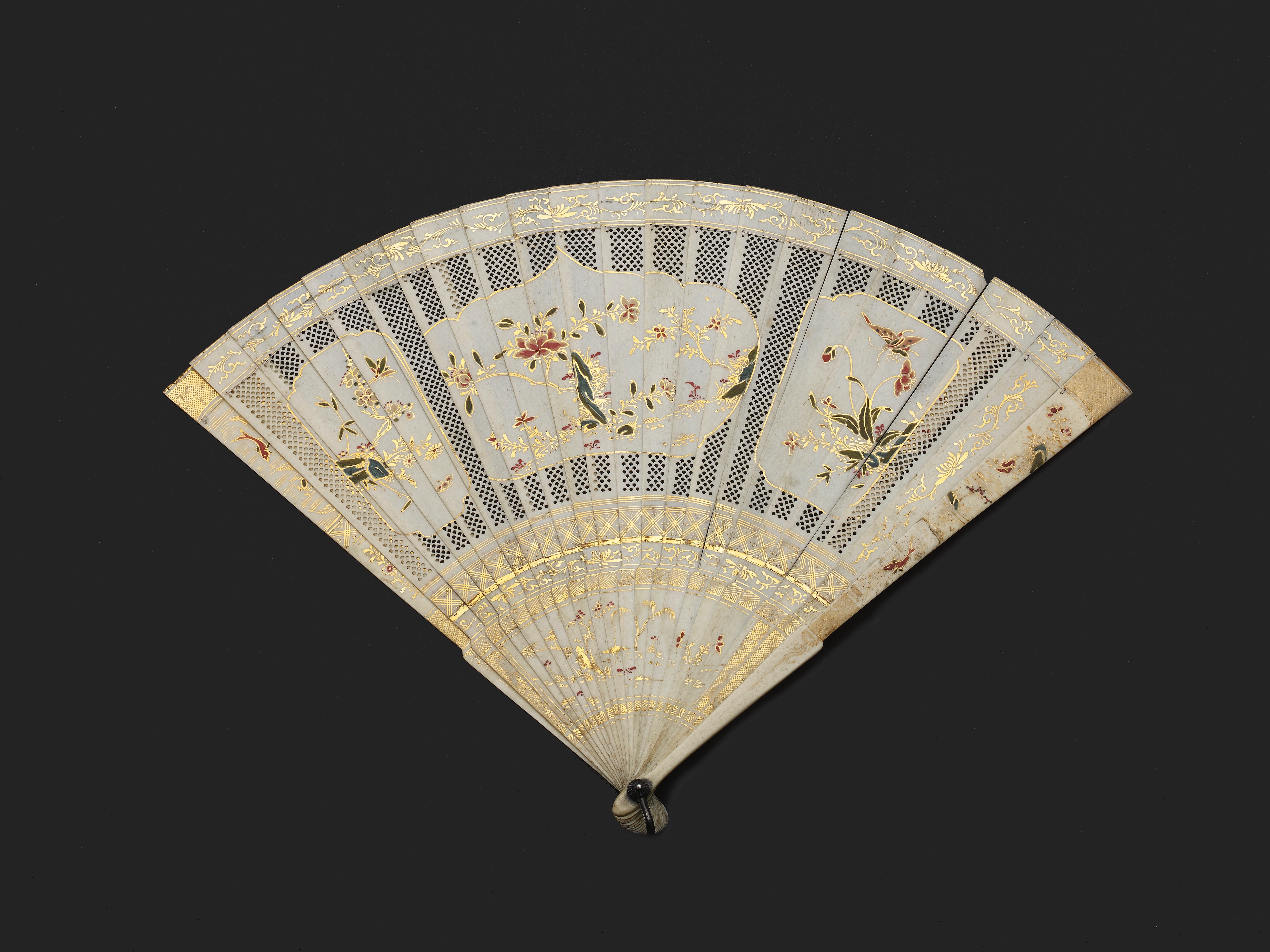 Lot 11 - A CHINESE EXPORT PIERCED AND PAINTED IVORY FAN, QING DYNASTY, KANGXI PERIOD, CIRCA 1710-22