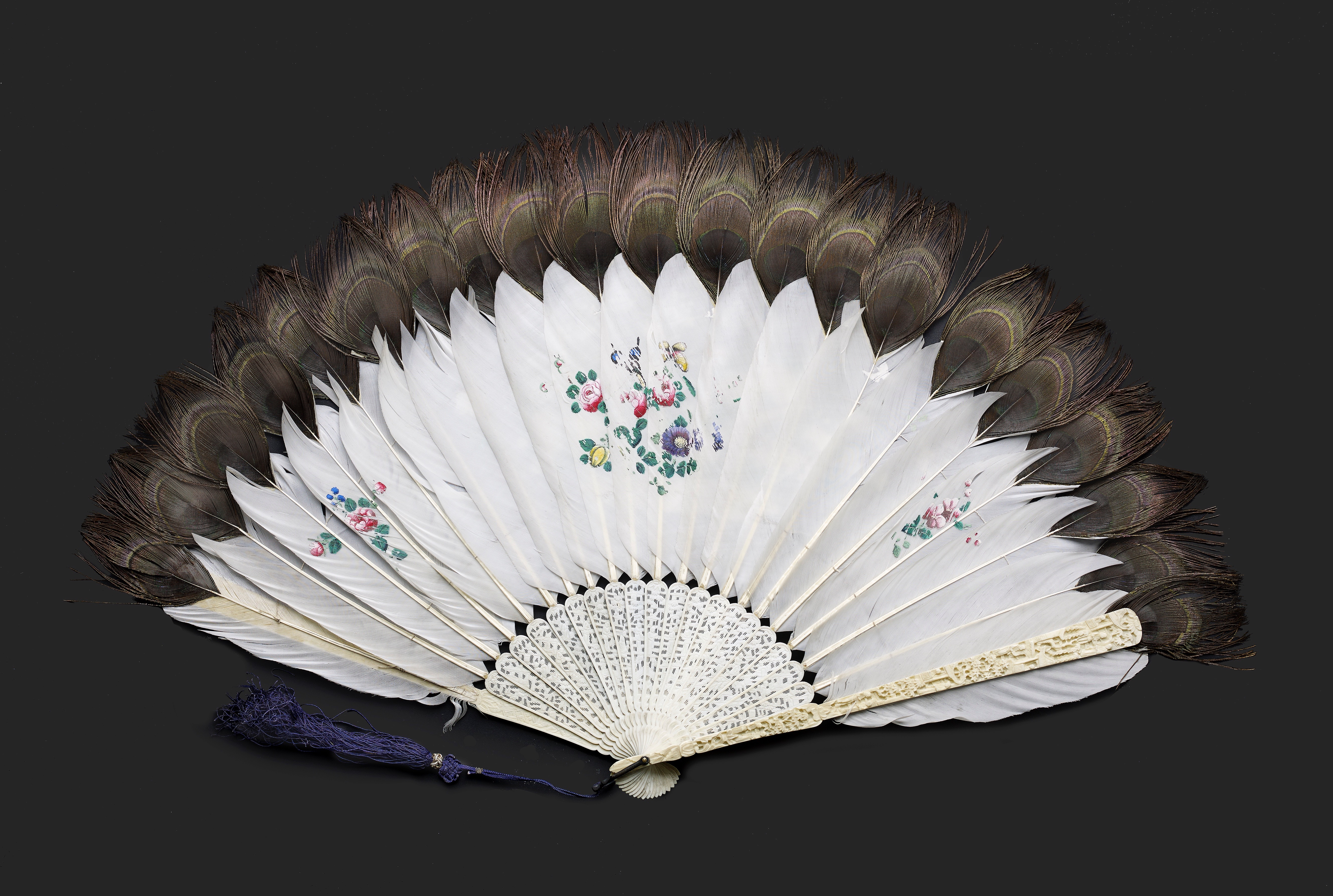 Lot 7 - A CHINESE EXPORT IVORY AND PEACOCK FEATHER FAN, QING DYNASTY, DAOGUANG PERIOD, CIRCA 1850