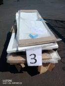 RRP £350 Pallet To Contain 5 Assorted Items To Include 3 White Bath Tubs And 2 L Shaped White Bath