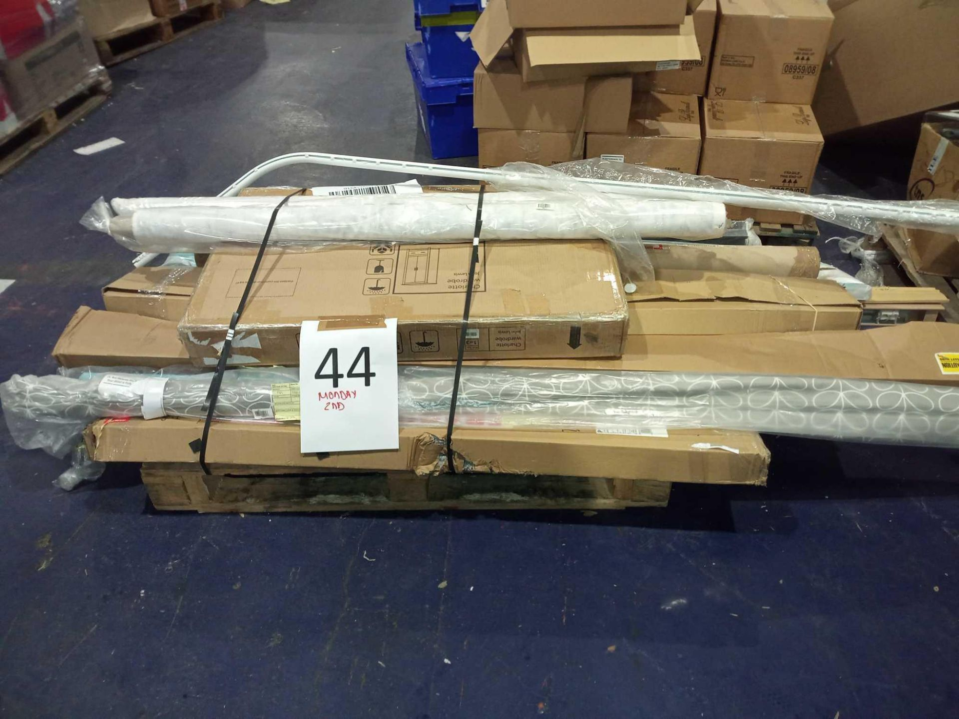 RRP £300 Pallet To Contain A Large Assortment Of Items To Include Assorted Designer Roller Blinds In