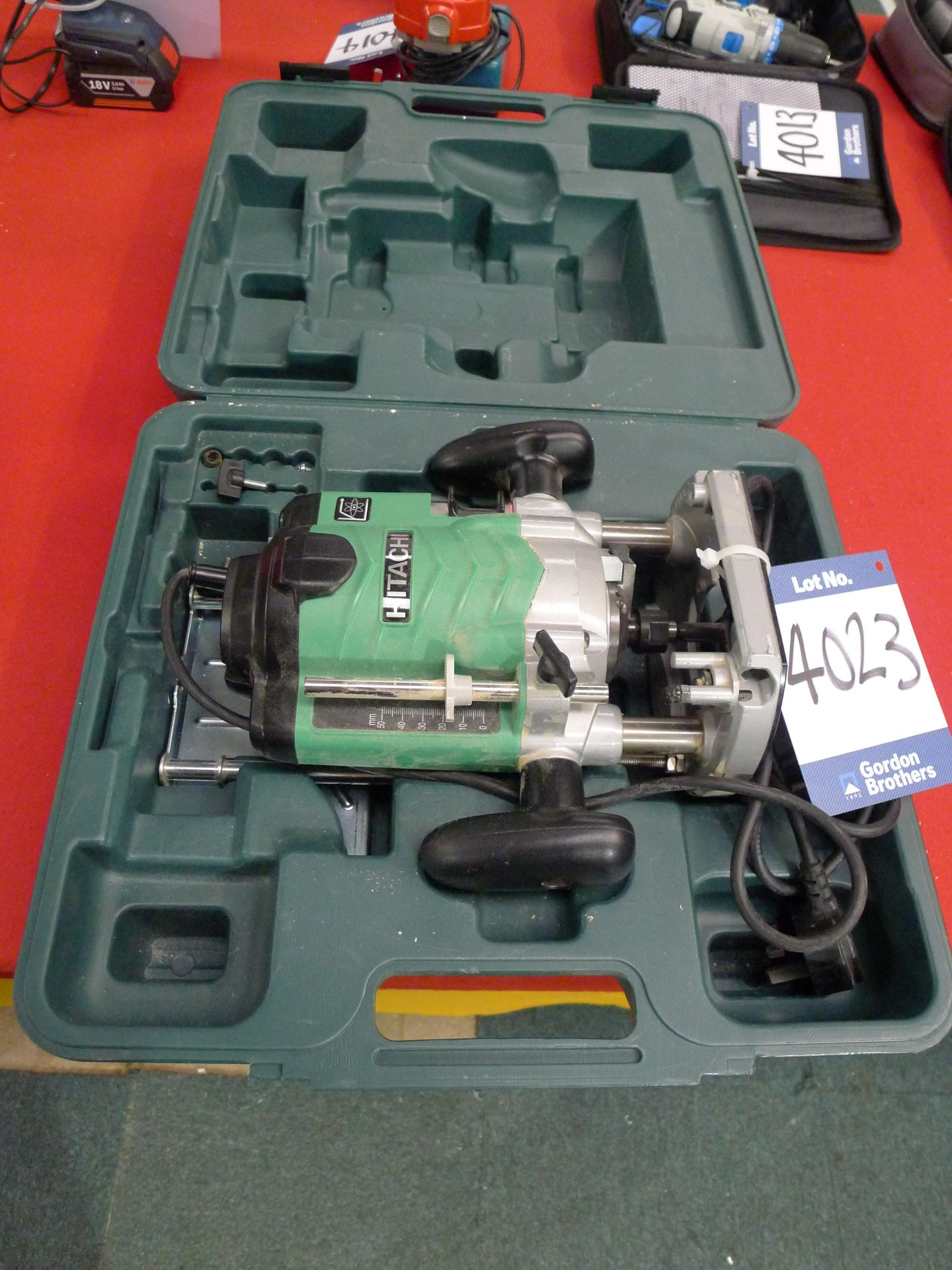 Lot 4023 - Hitachi M12 VE 240 V Plunge Router: Unit 500, Ecke