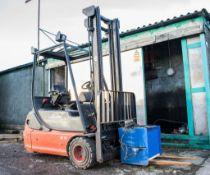 Linde E18 battery electric fork lift truck Year: 2002 S/N: 35N0521 c/w battery charger 33N05201