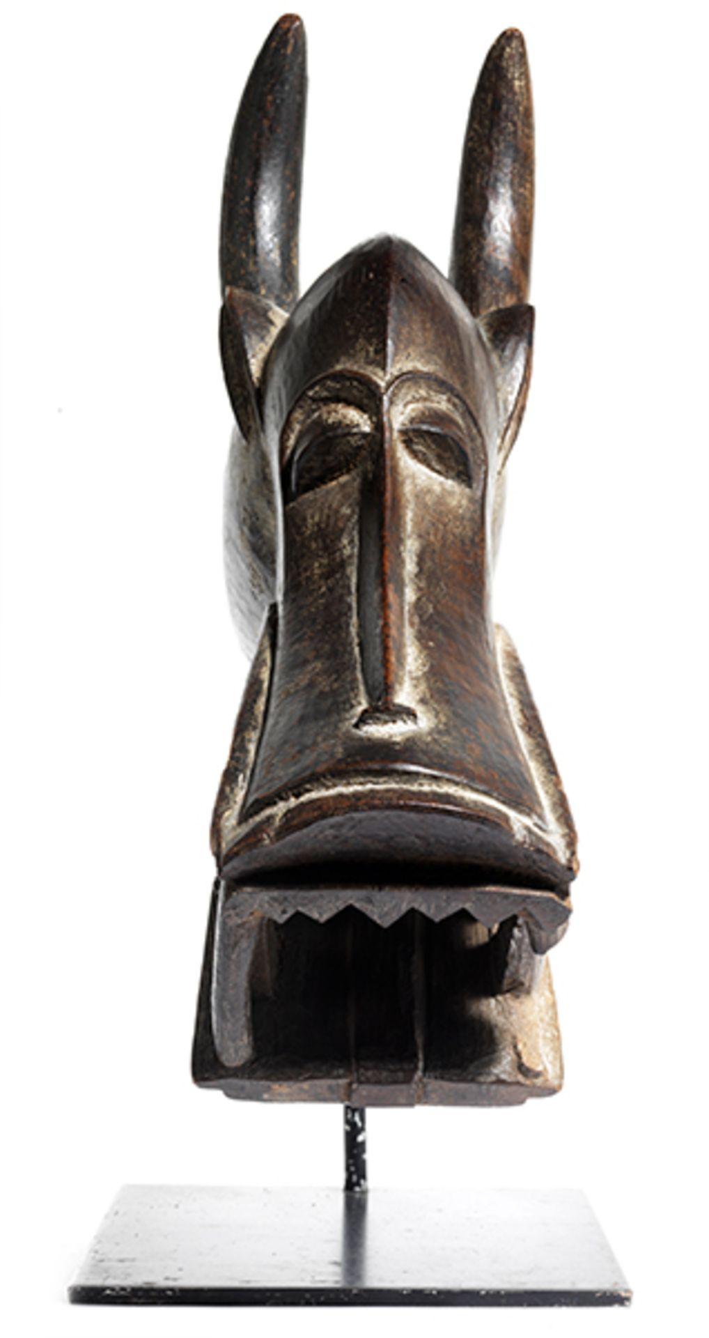 Los 888 - Kponyungo-Maske Höhe inkl. Stand: 37,7 cm. Volk der Senufo, Elfenbeinküste. Die Maske wurde...