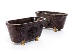 Paar Tischgefäße in dunkelrotem Porphyr Höhe: je 13 cm. Länge: 26,5 cm. Tiefe: 14 cm. Italien. In