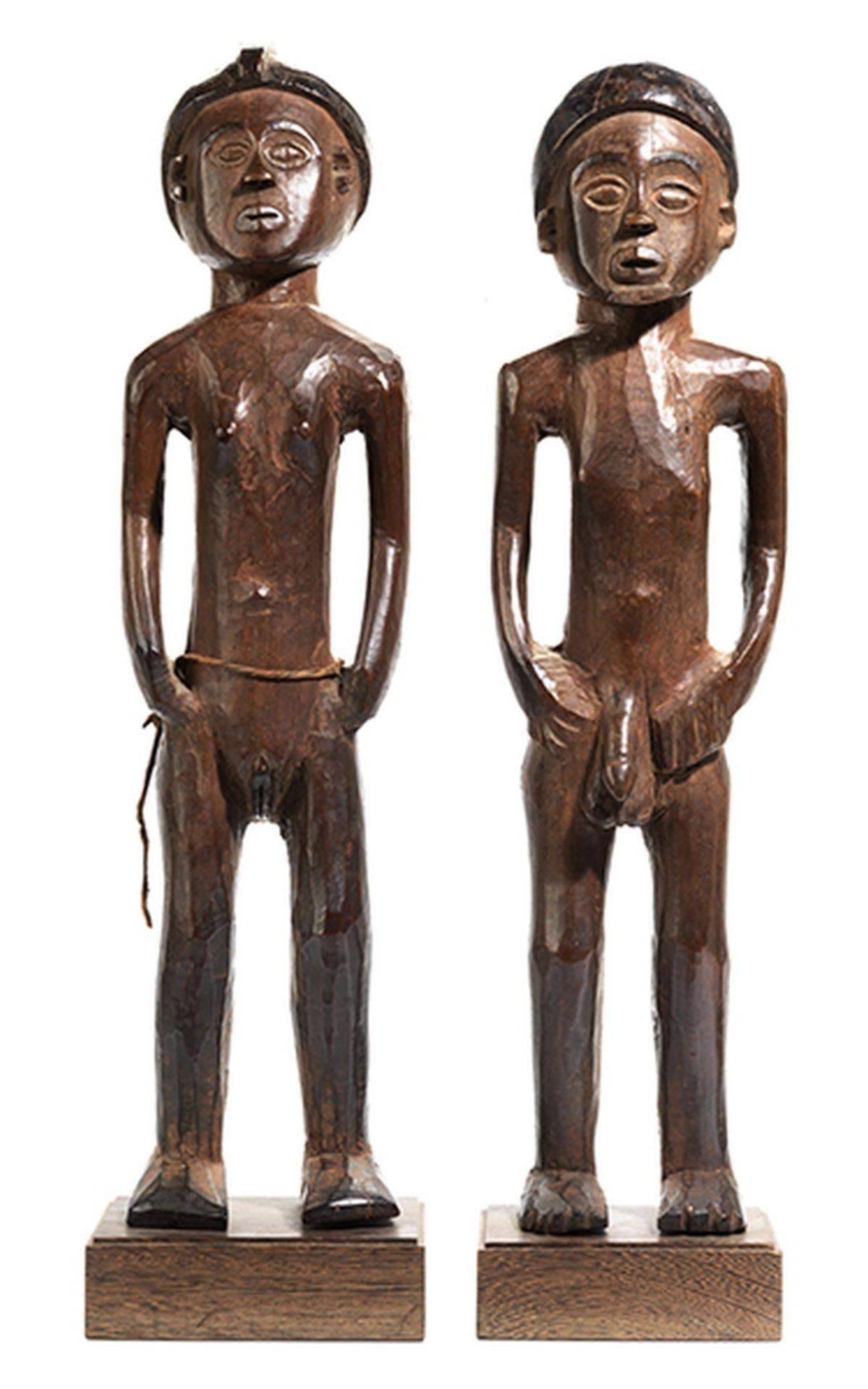 Los 891 - Chokwe-Figurenpaar Höhe ohne Sockel: 57 cm und 58 cm. Gesamthöhe: 62 cm und 63 cm. Aus Holz....