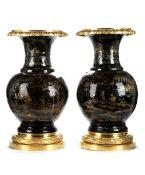 Paar große Bourgauté-Lackvasen mit vergoldeten Montierungen Höhe: je 50 cm. Um 1820. Die Bronzen