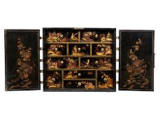 Japanischer Kabinettschrank Höhe: 83 cm. Breite: 94 cm. Tiefe: 47 cm. Japan, 18. Jahrhundert.