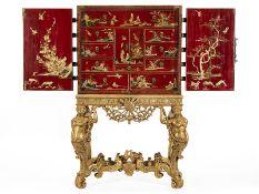 """William III-LackKabinett Maße inkl. Stand: 164 x 98 x 76 cm. Altes Etikett mit Monogramm """"CES"""" und"""