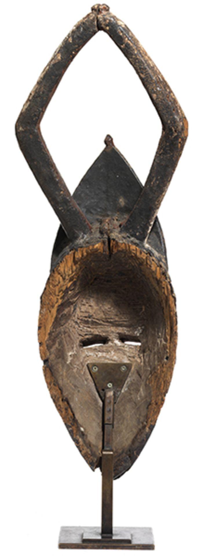 Los 902 - Omotokpokpo-Maske der Urhobo Höhe der Maske: 50 cm. Höhe mit Halterung: 56 cm. Aus Holz auf...