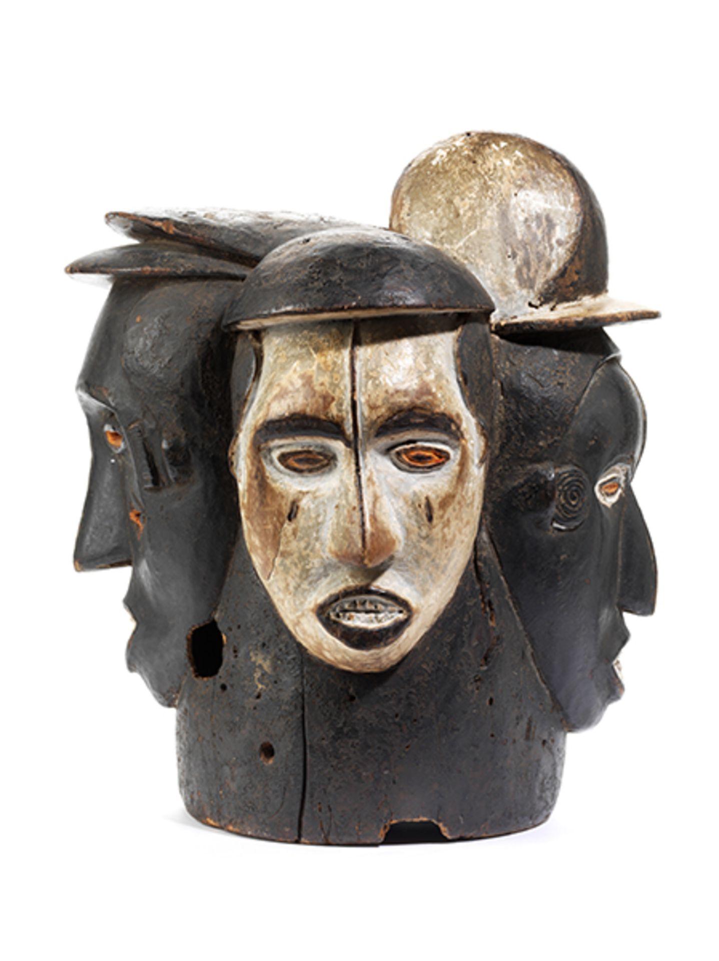 Los 892 - Idoma-Helmmaske Höhe: 41 cm. Idoma, Nigeria, 20. Jahrhundert. Holz, geschnitzt mit schwarzer,...