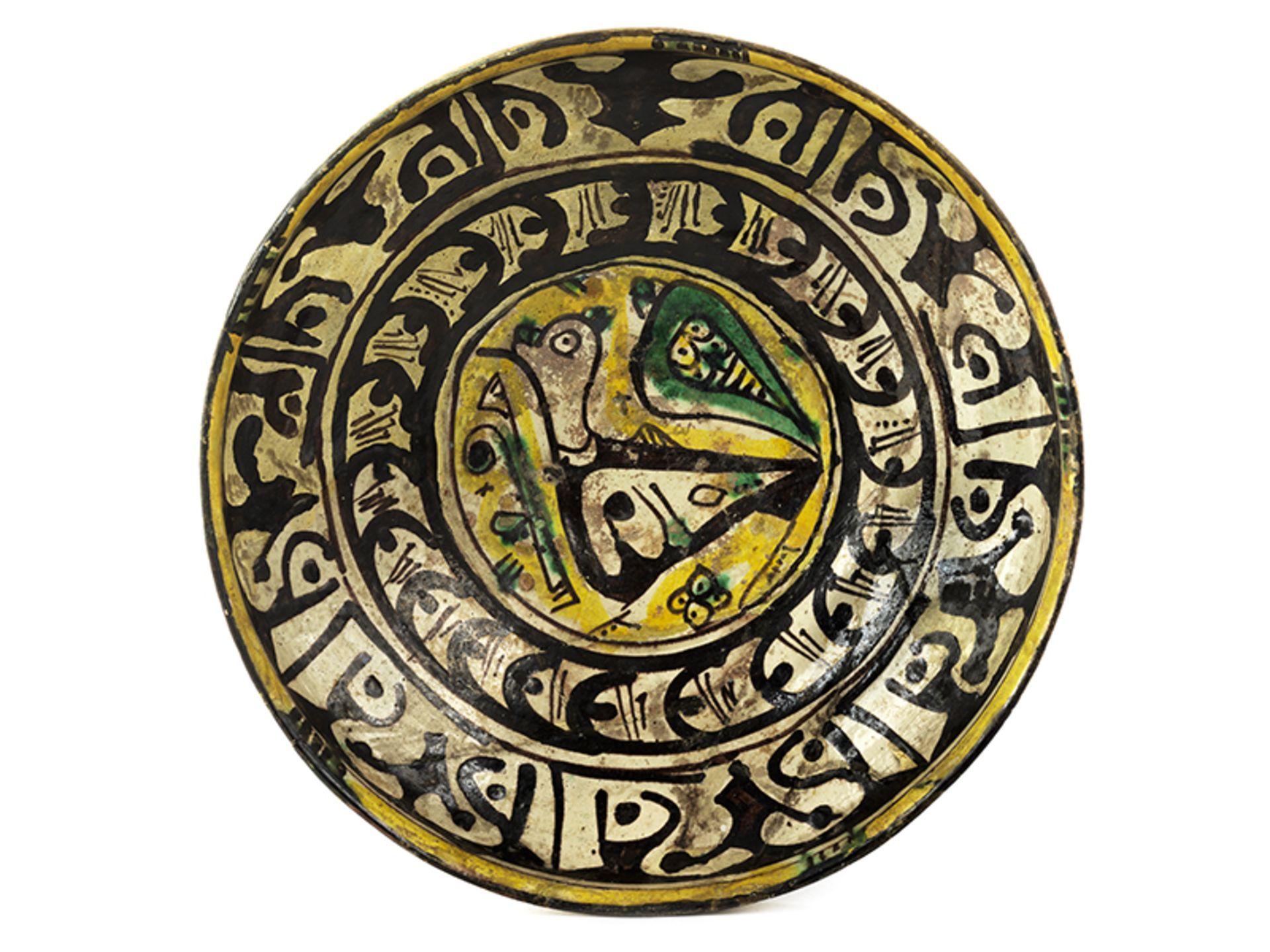 Los 909 - Schale mit Vogeldekor Höhe: 6,9 cm. Durchmesser: 23,2 cm. Iran, Nishapur, 9./ 10. Jahrhundert.