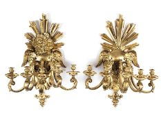 Paar Appliken im Louis XIV-Stil Höhe: 88 cm. Messingbronze, gegossen, vergoldet. Rollwerkkartusche