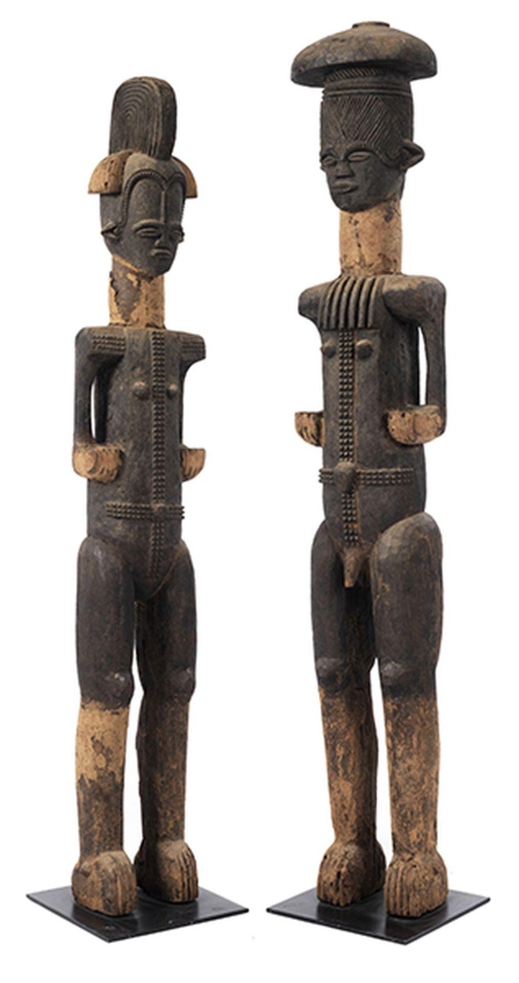 Los 907 - Figurenpaar Höhe: 161 und 152 cm. Ibo, Nigeria. Holz, geschnitzt, schwarz und rot gefasst,...