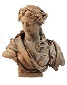 Terrakottabüste einer Frau Höhe: 61 cm. Frankreich, 19. Jahrhundert. Auf quadratischer Basis ein