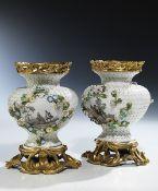 Paar Ormolu-montierte Schneeballvasen Höhe: 20 cm. Meißen und Paris, um 1755. Der stark balustrierte