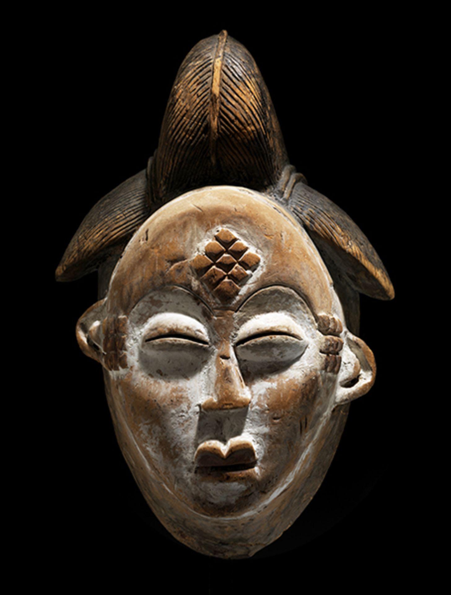 Los 885 - Okuyi-Maske Höhe: 31 cm. Punu, Gabun. Das leichte Holz um Mund und Augen mit ursprünglicher...