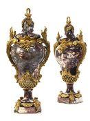 Paar Louis XV-Deckelvasen 52 x 23 cm. Frankreich, spätes 19. Jahrhundert. Im Stil Louis XV