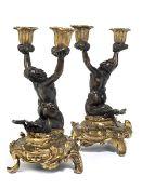 Paar figürliche Kandelaber Höhe: 25 cm. Italien oder Frankreich, 18./ 19. Jahrhundert. Sich