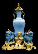 Ormolu-montierte Fontaine à parfum Höhe: 44 cm. Breite: 34 cm. Tiefe: 21,5 cm. Porzellan: China (