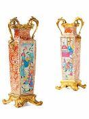 Paar montierte Vasen mit höfischen Szenen Höhe: 42 cm. Breite: 16 cm. Tiefe: 14,5 cm. China und
