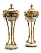 Paar Louis XVI-Cassolettes Höhe: 31 cm bzw. 29,5 cm. Paris, um 1770. Auf gedrückten Kugelfüßen die