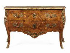"""Louis XV-Kommode Höhe: 91 cm. Breite: 142 cm. Tiefe: 62 cm. Unter der Deckplatte gestempelt """"J."""