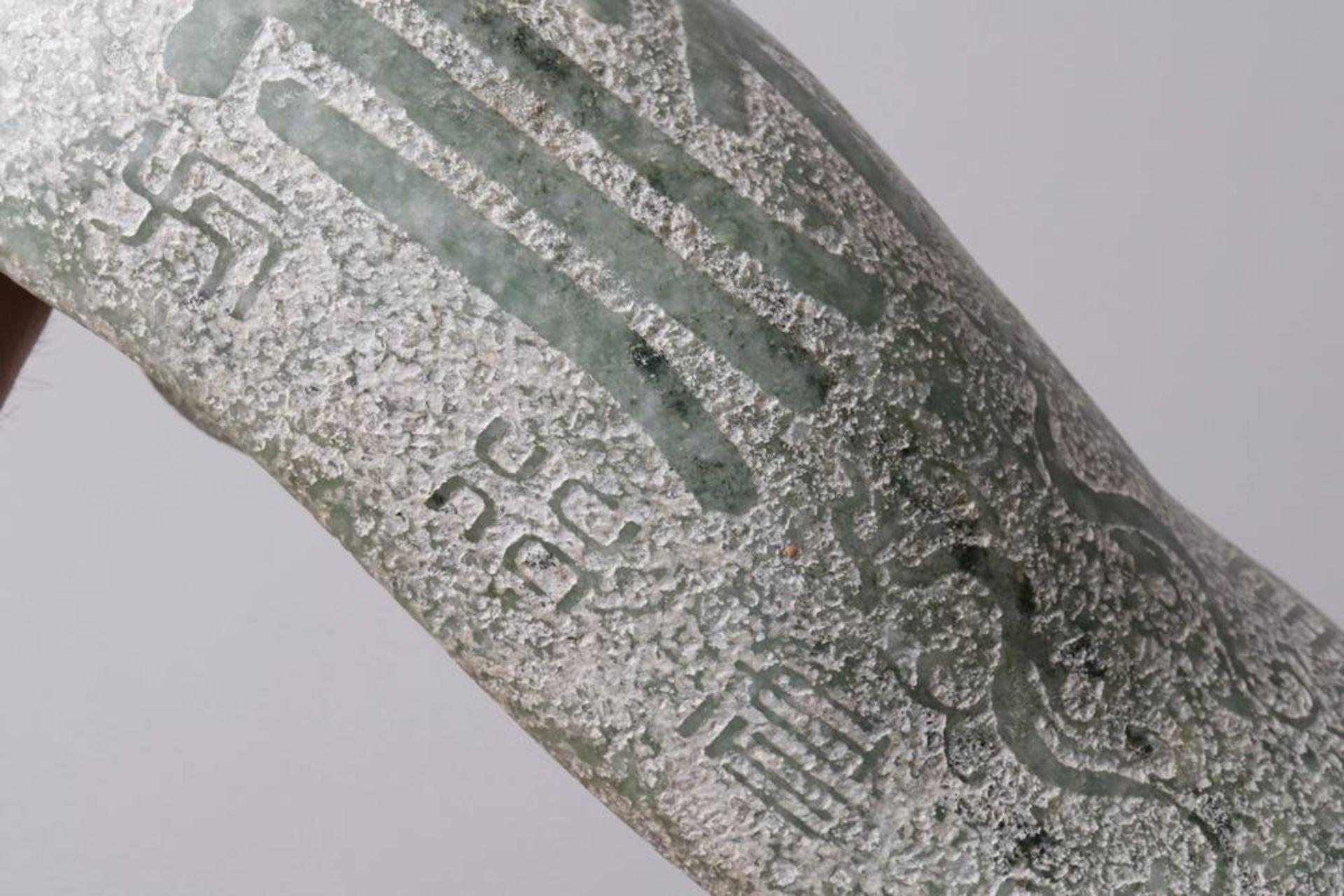 Übergroßer Gürtelhaken China, wohl 20. Jh., Jade, geschwungene Form mit plastischem Drachenkopf, - Bild 5 aus 5