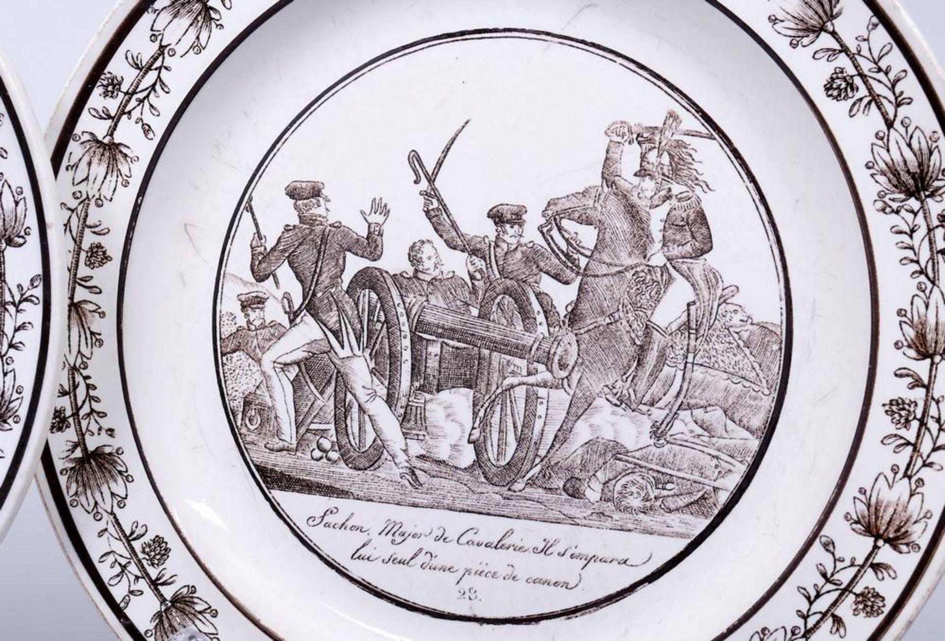 2 Teller, wohl Frankreich, 1. Hälfte 19.Jh. im Spiegel Schlachtenszene bzw. Ansicht des St. Denis - Bild 3 aus 6